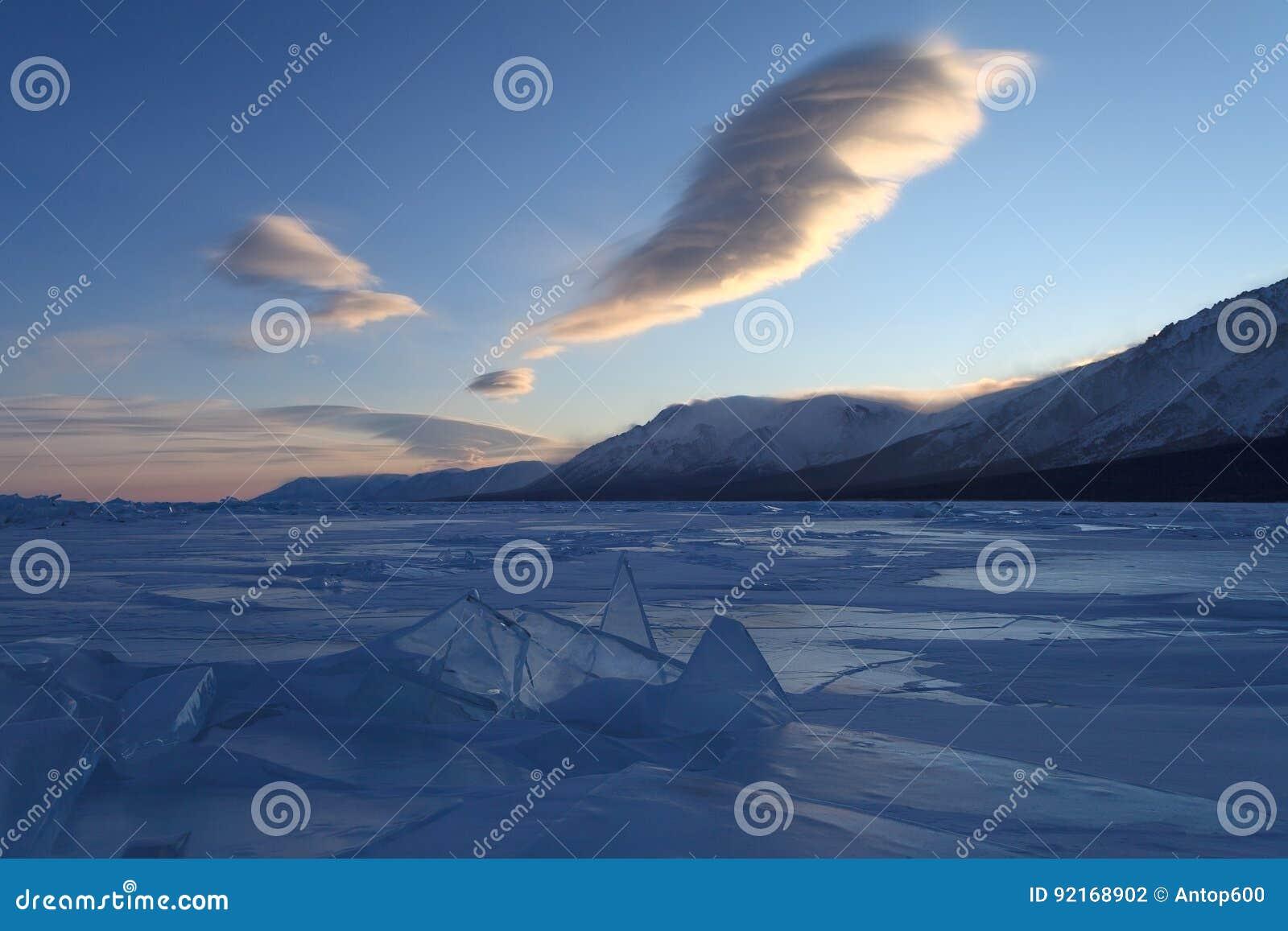 在蓝色冰层的美丽的计算的云彩