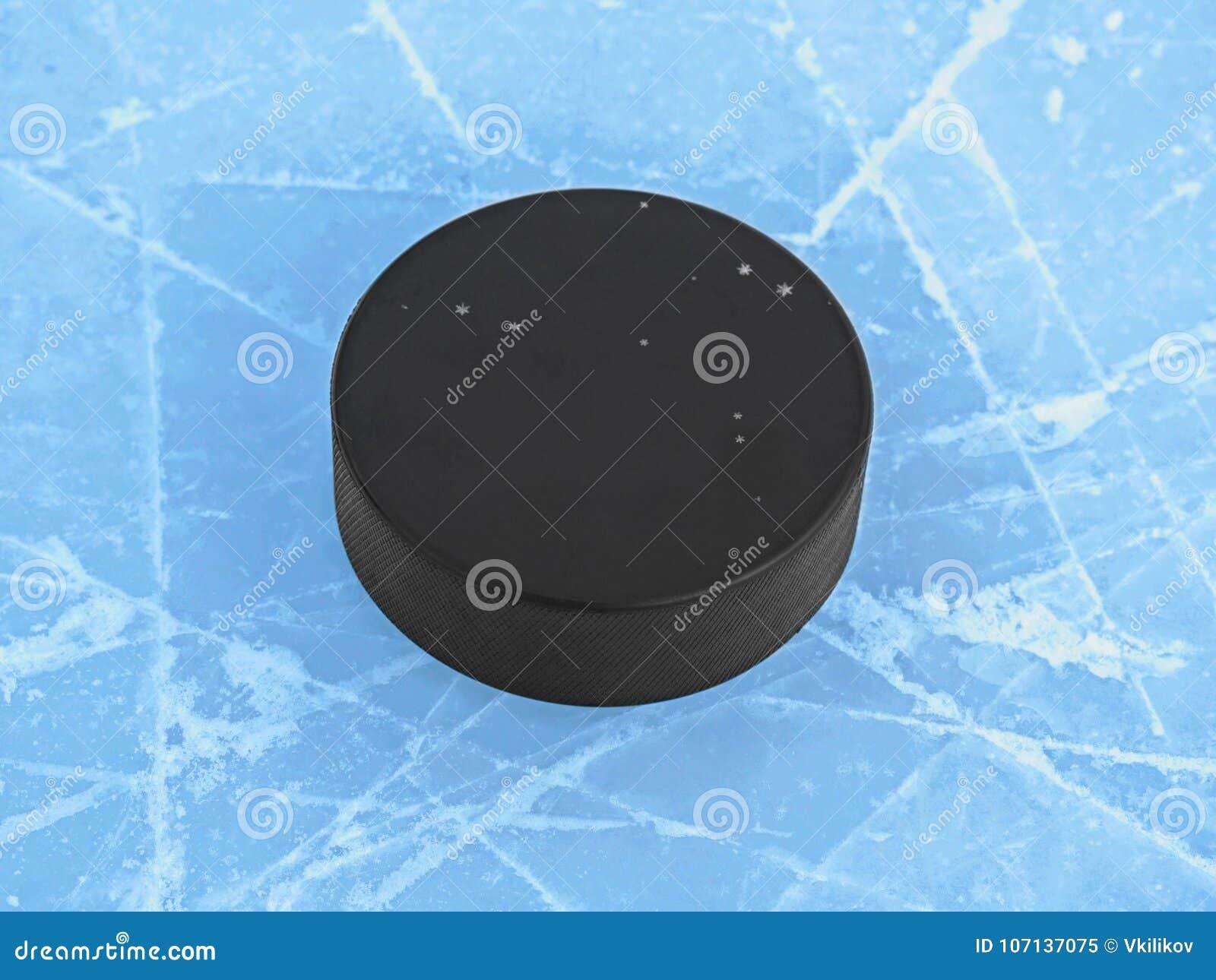 在蓝色冰的冰球在曲棍球溜冰场