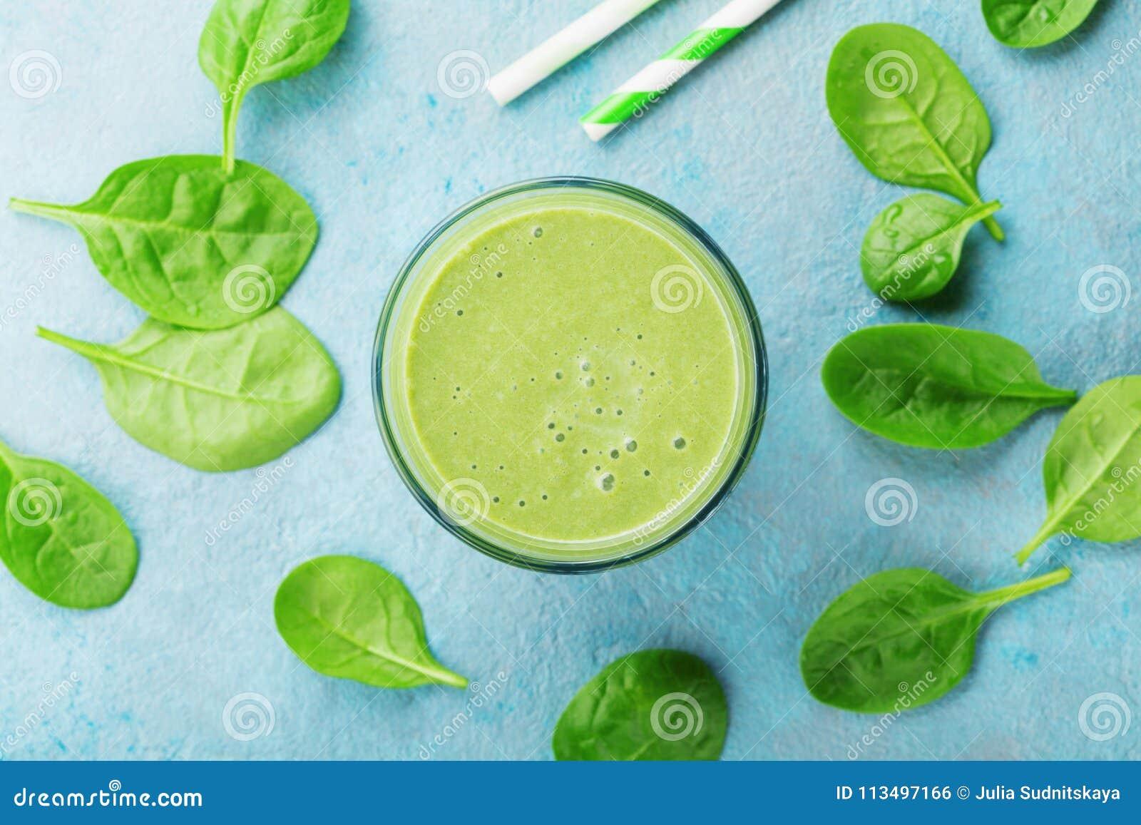 在蓝色台式视图的绿色菠菜圆滑的人 戒毒所和饮食食物早餐