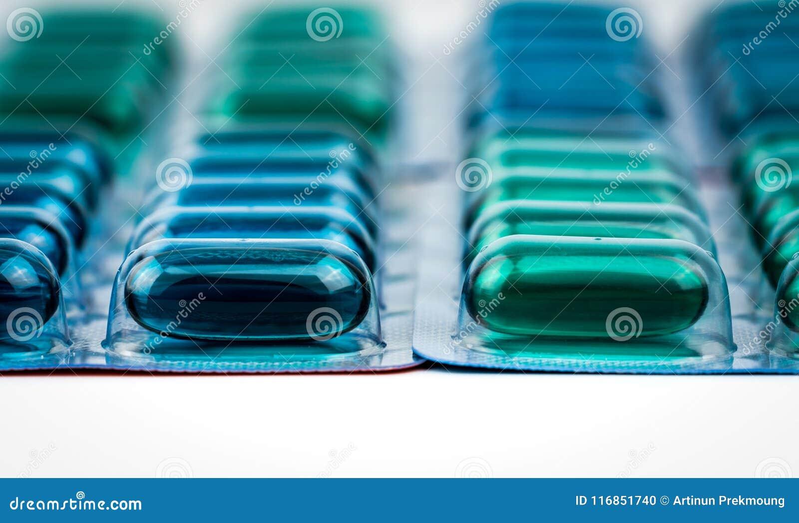 在蓝色和绿色软的胶凝体胶囊药片的选择聚焦在天线罩包装 萘普生和异丁苯丙酸非甾体抗炎药