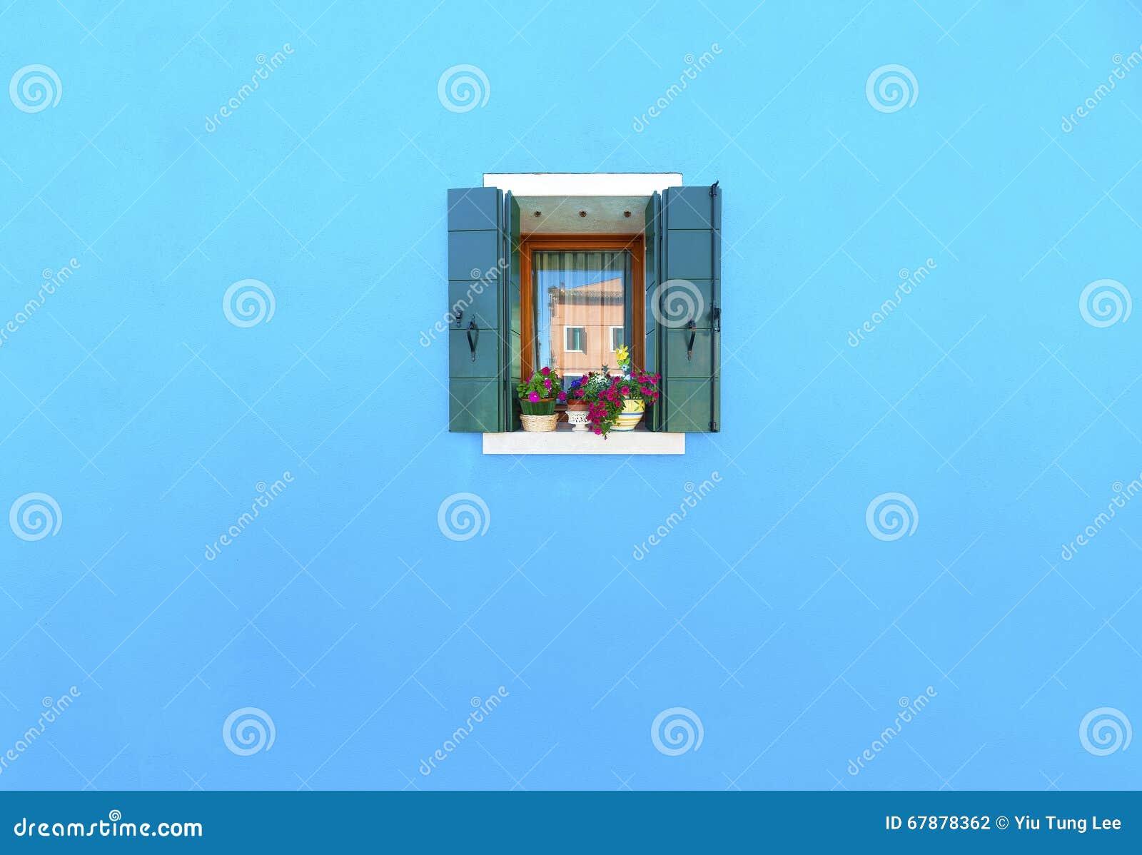 在蓝色墙壁上的窗口