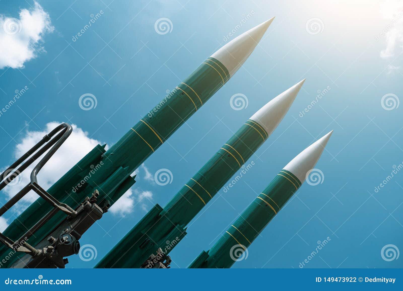 在蓝色晴朗的天空背景的弹道导弹,反飞机力量,军事产业 战争和和平概念