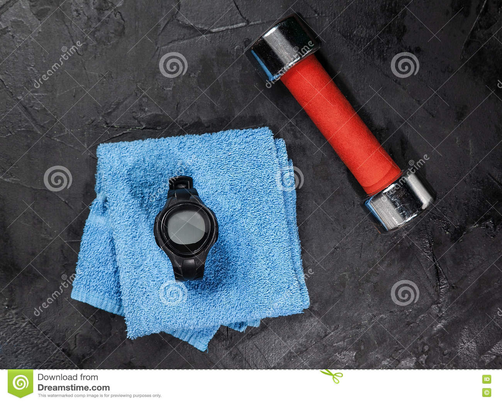 在蓝色毛巾的心率显示器在足球附近