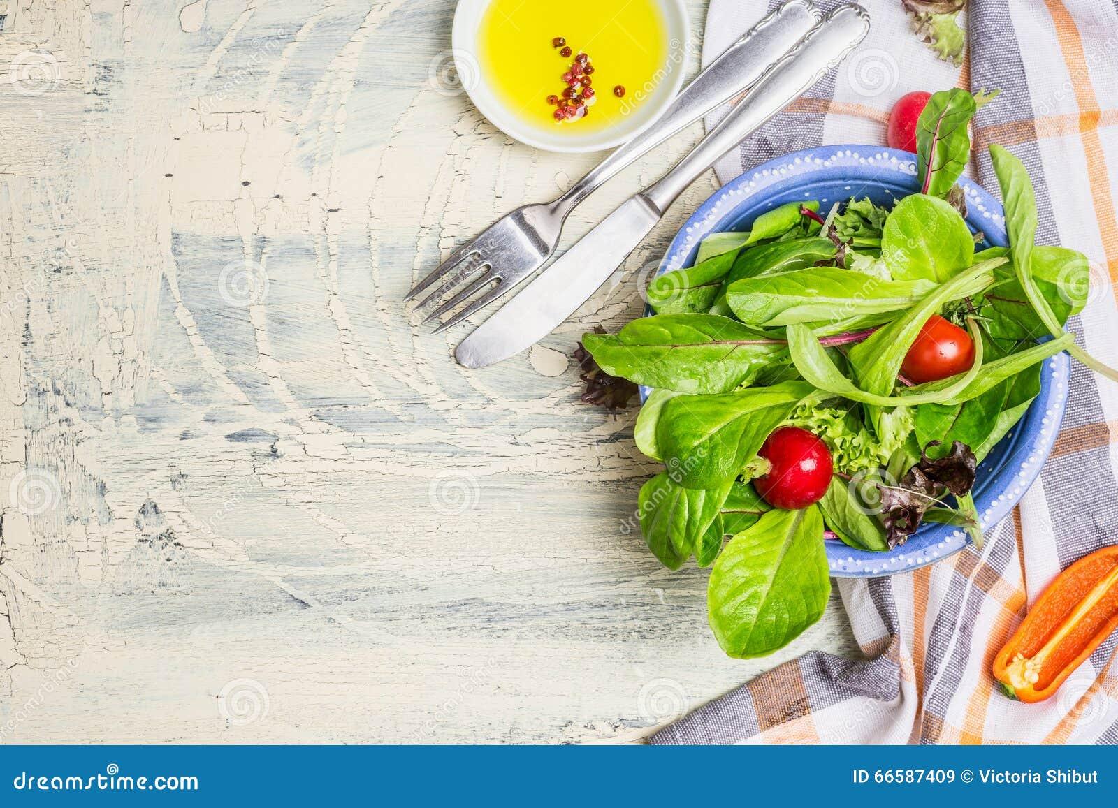 绿色国家沙拉在土气厨房用桌背景,顶视图,文本的地方 健康生活方式或