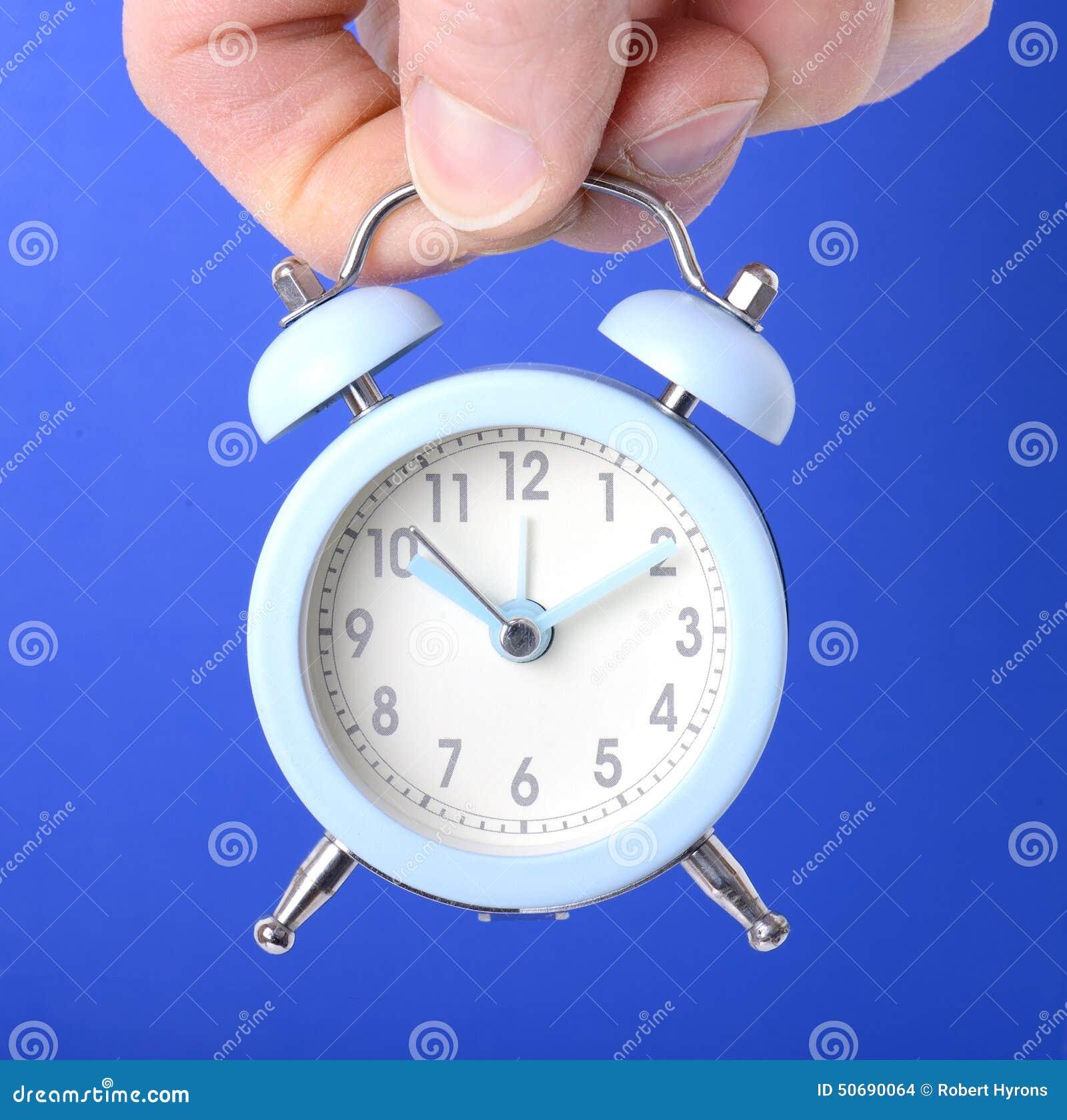 Download 在蓝色背景的时钟 库存照片. 图片 包括有 女性, 概念, 衣领, 专门技术, 宏指令, 商业, 评估人 - 50690064
