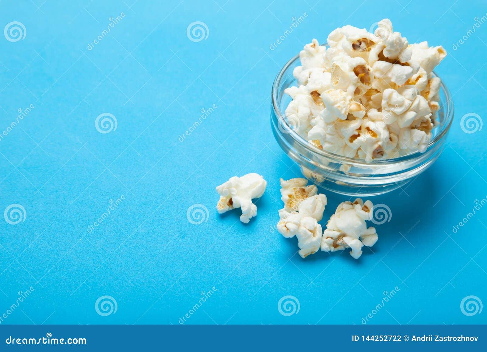 在蓝色背景的白色玉米花 复制空间