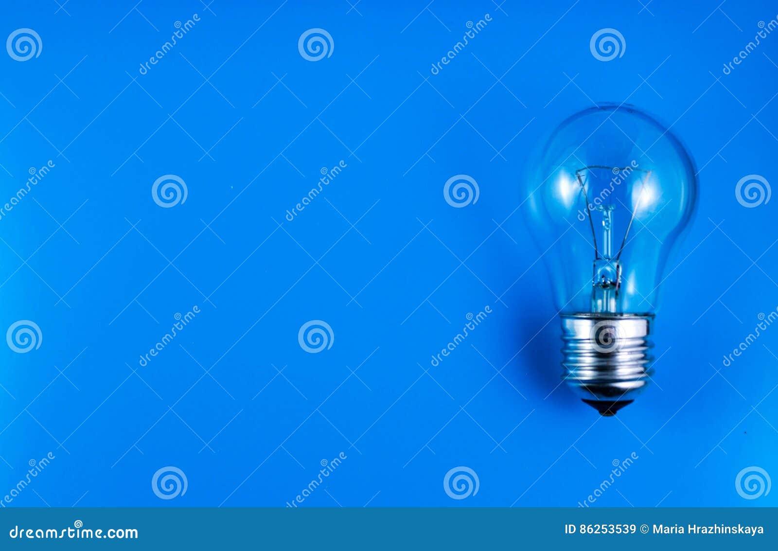 在蓝色背景酸的电灯泡想法
