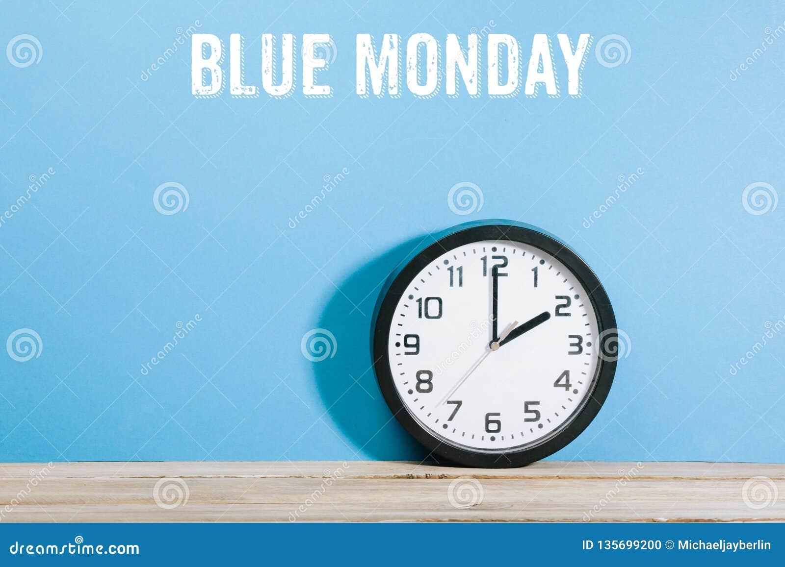 在蓝色色的背景的四旬斋之前最后一个星期一词与时钟