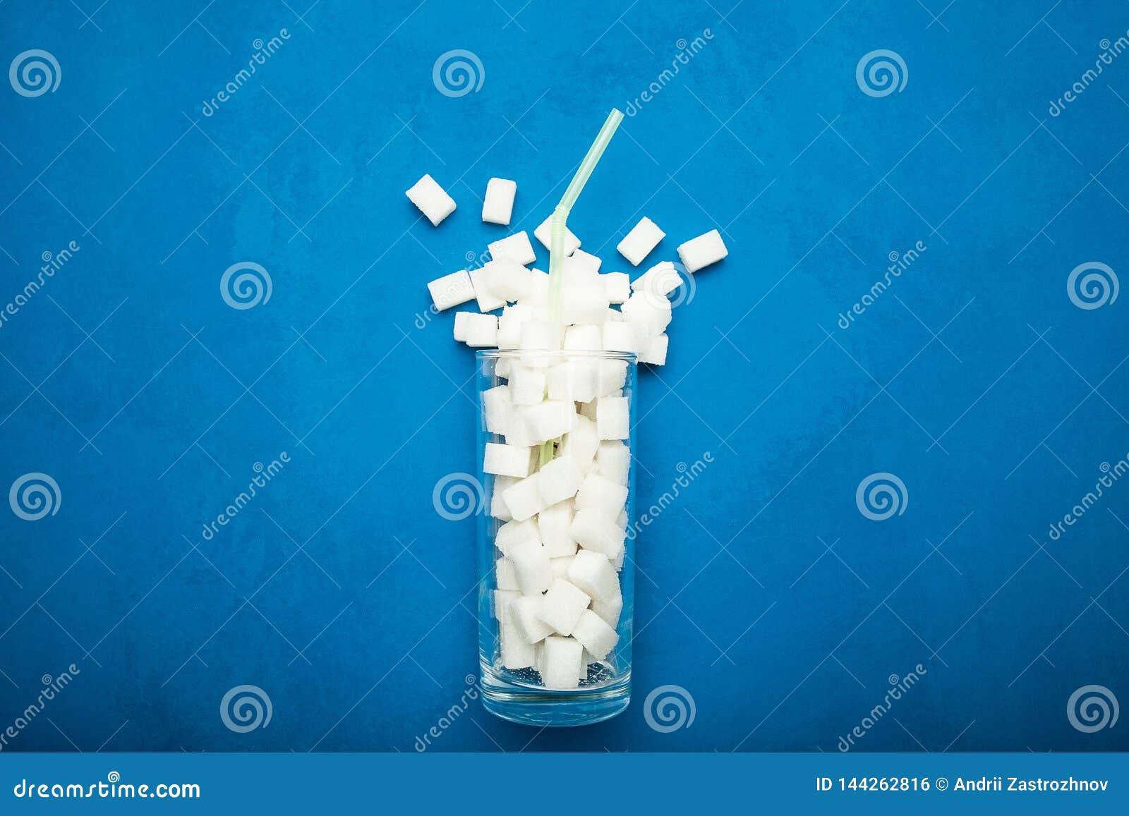 在蓝色苏打的背景、概念和能量饮料的糖刷新的饮料在不健康的饮食概念和饮食
