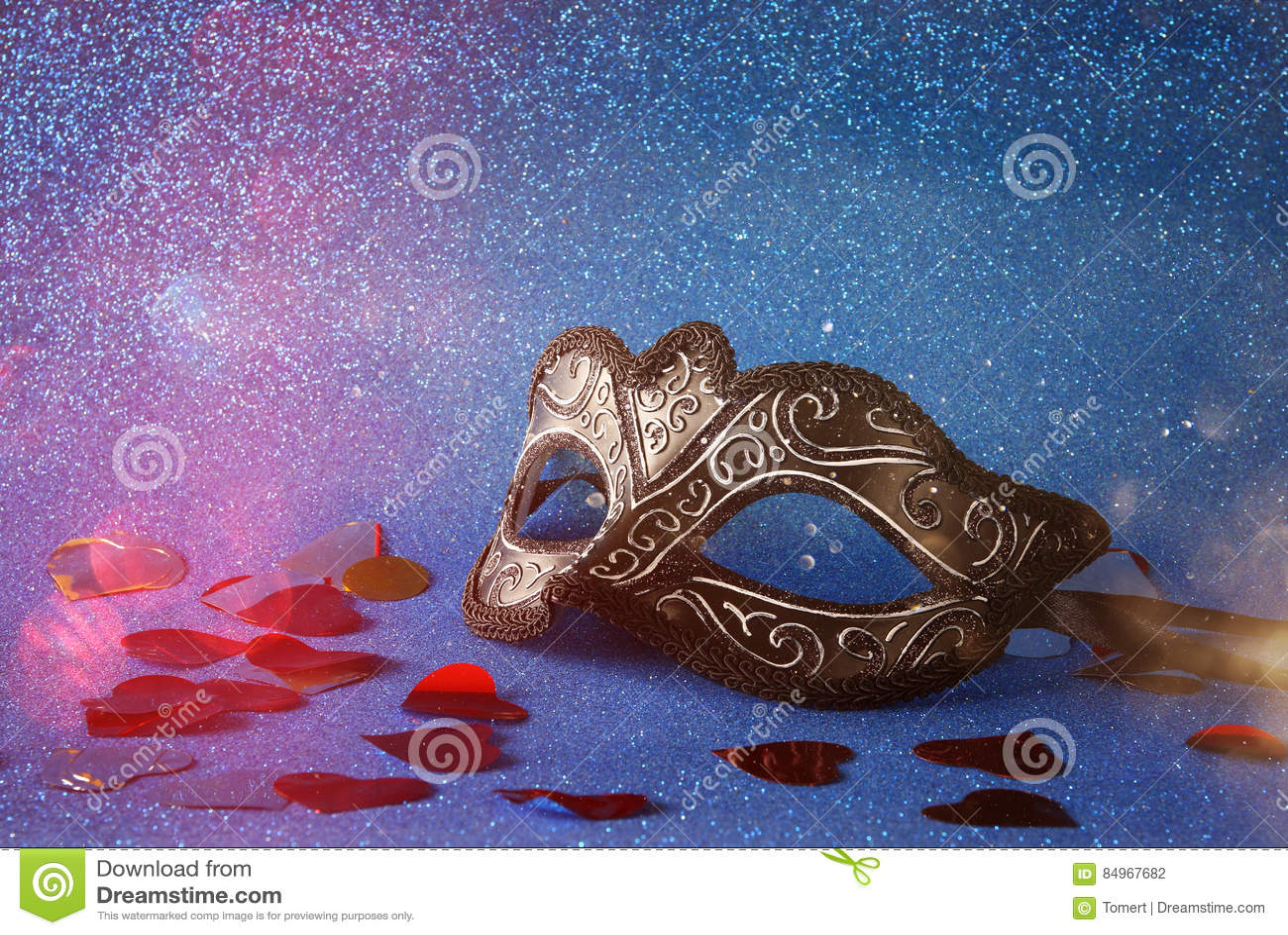 在蓝色闪烁背景的典雅的威尼斯式面具