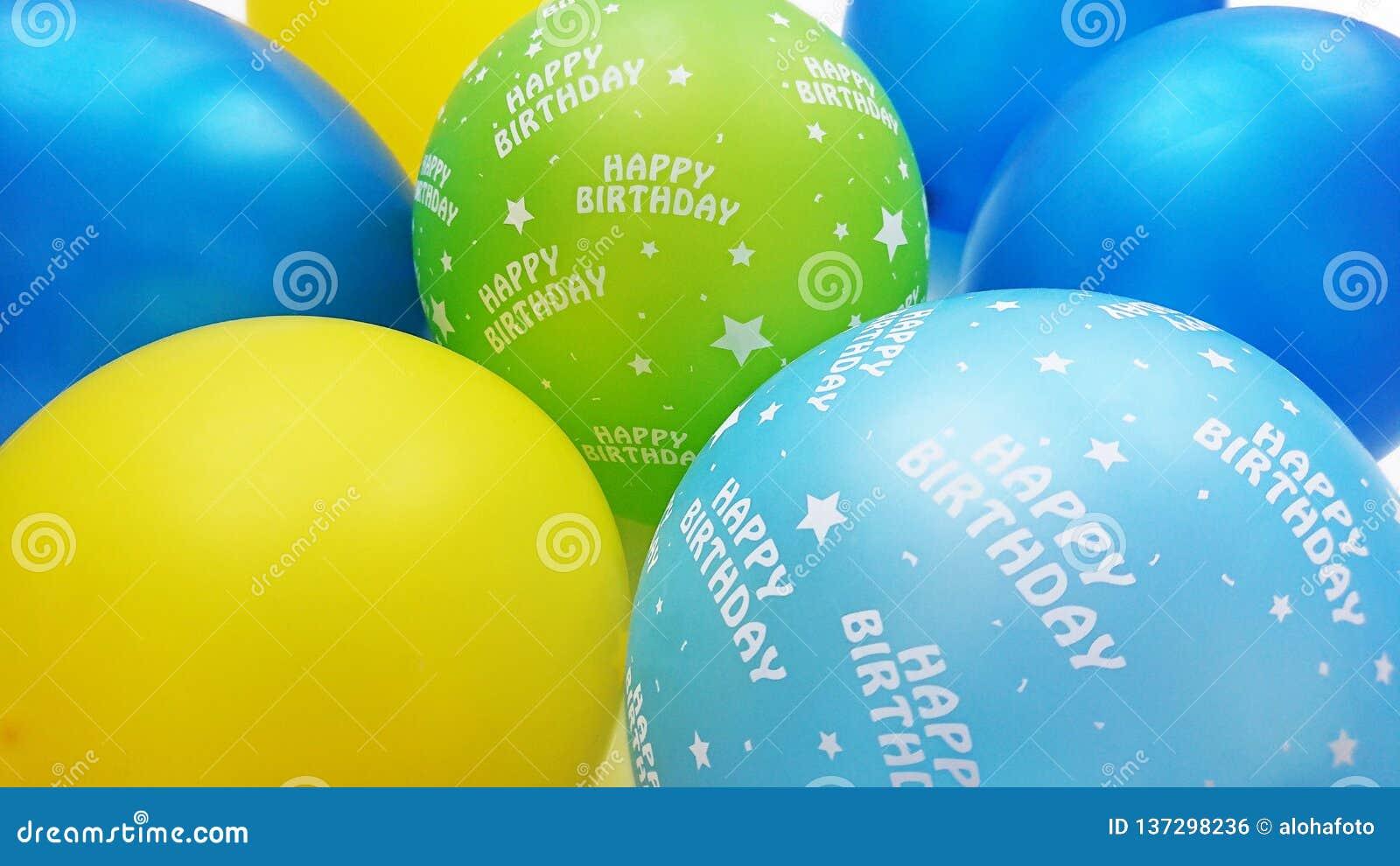 在蓝色黄色苹果绿的五颜六色的与生日快乐文本的气球和绿松石