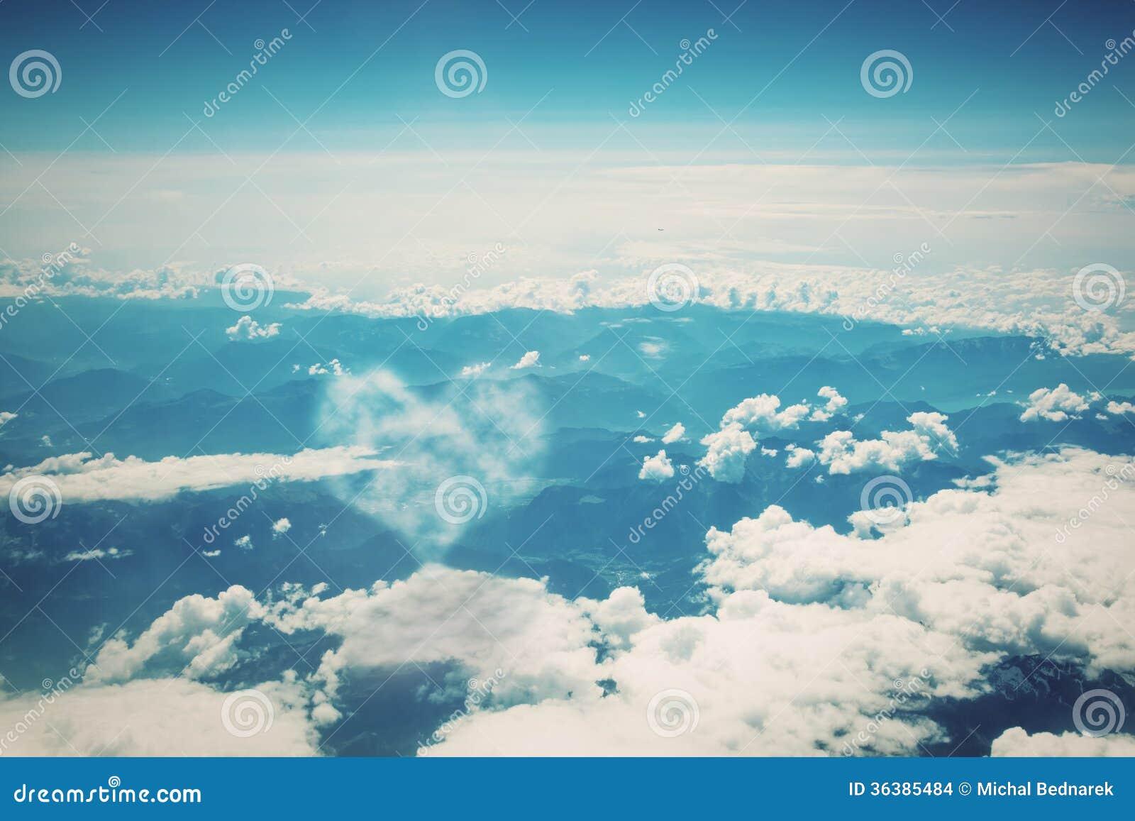 在蓝色晴朗的天空的心形的云彩。