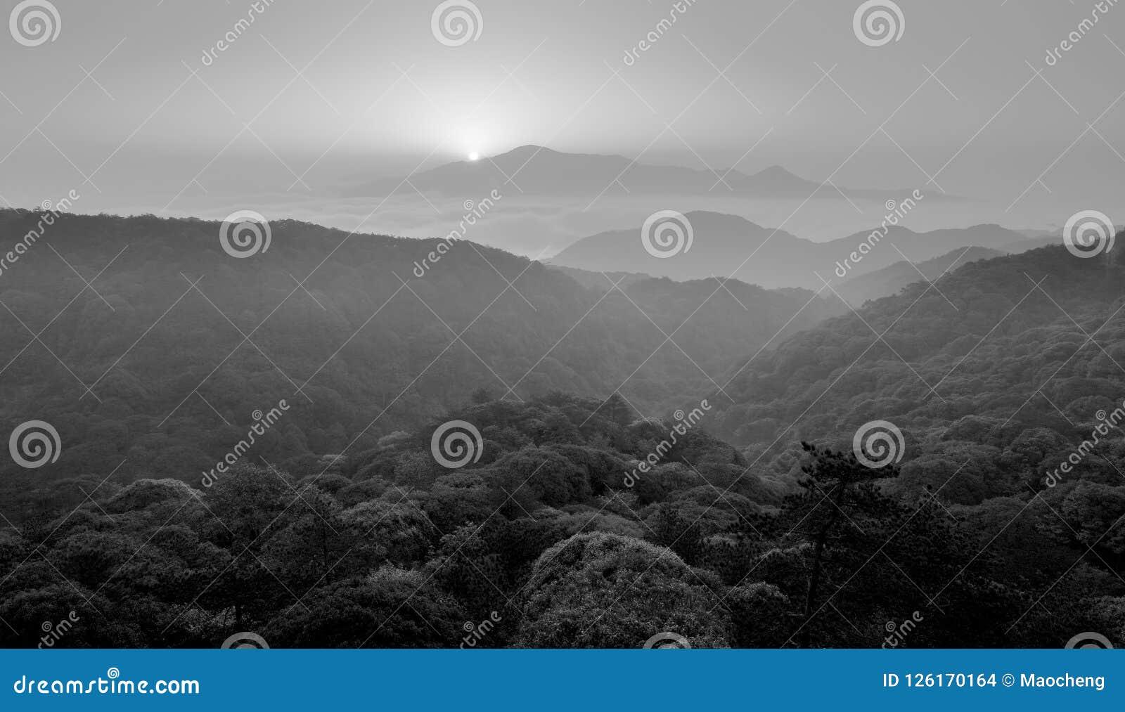 在薄雾的日出,黑白图象