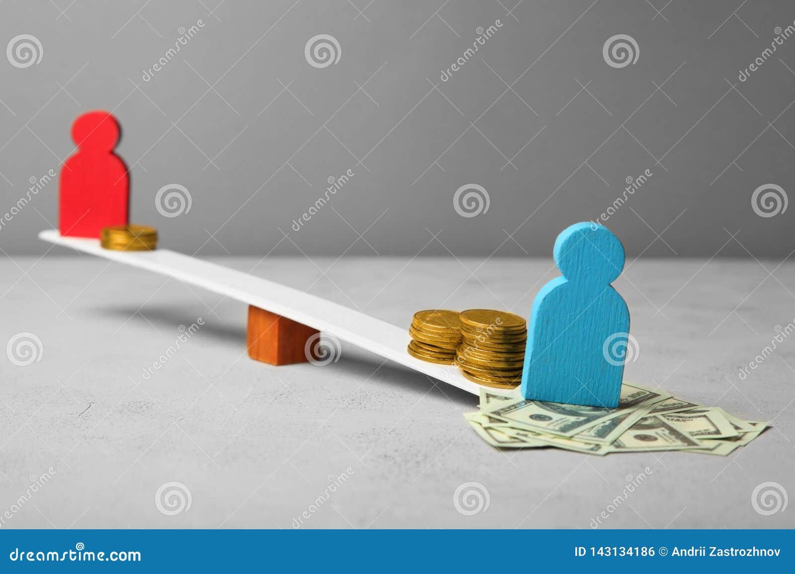 在薪水的水平的不平等 人收入差距 在等级的硬币