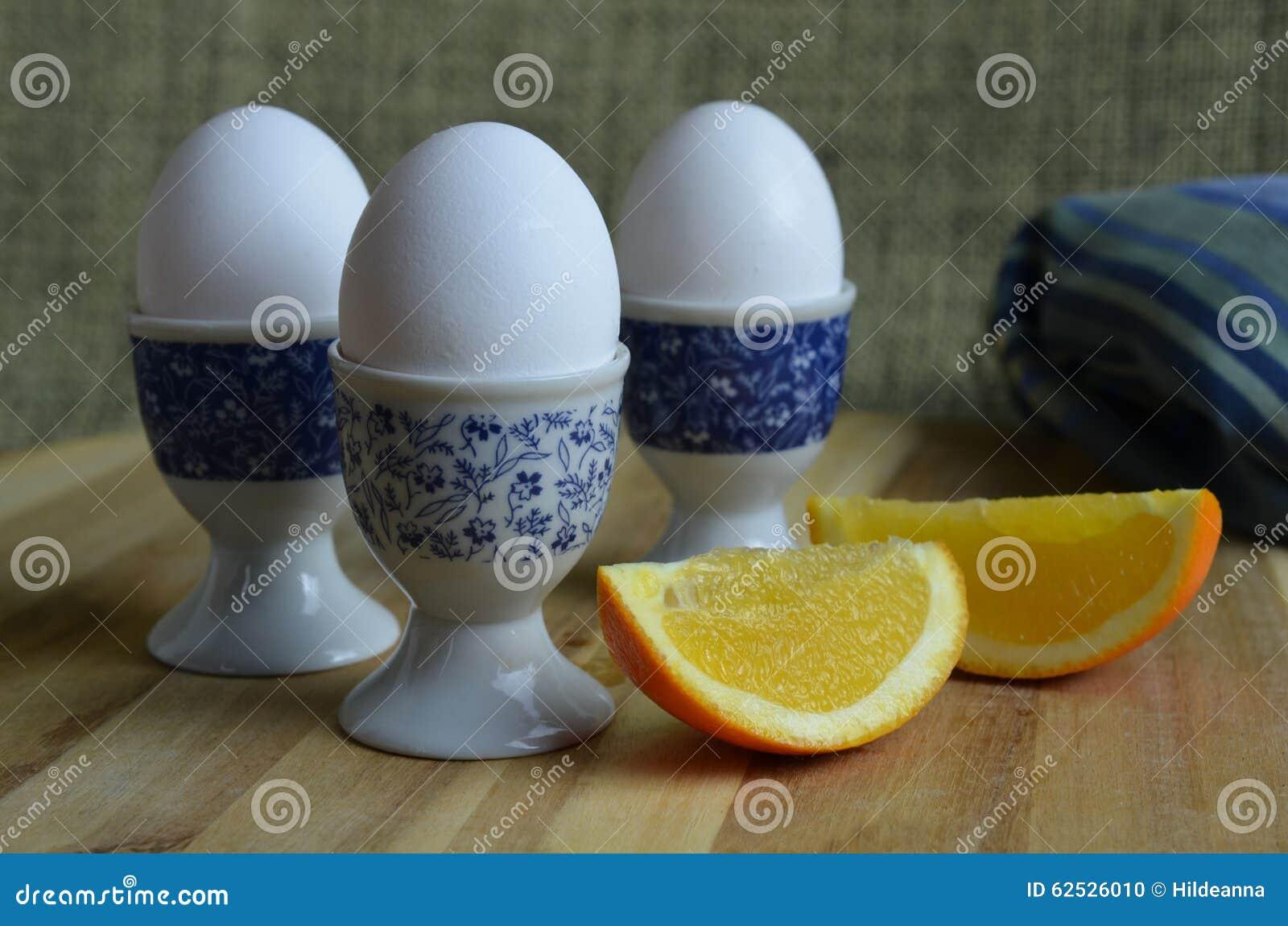 在蛋杯供食的水煮蛋