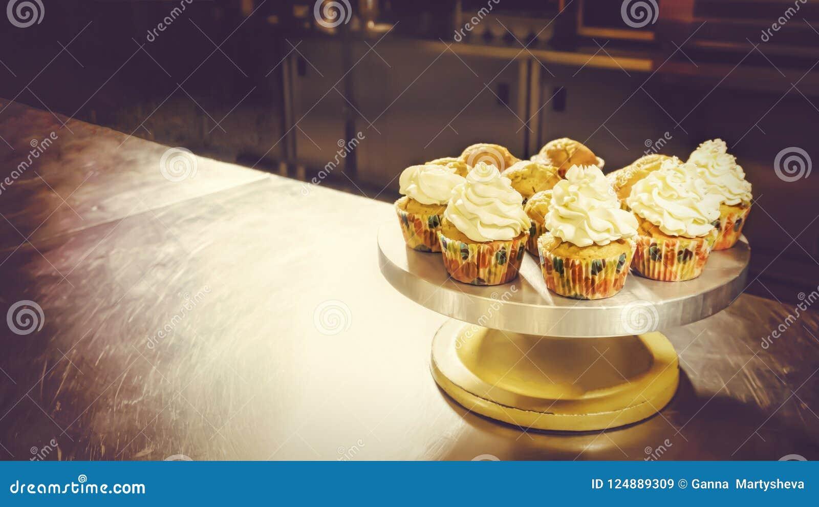 在蛋糕的杯蛋糕站立,酥皮点心商店,甜商店