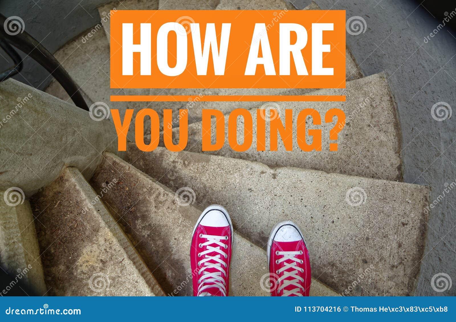 在螺旋形楼梯,当去下坡和时题字的红色运动鞋用英语怎么是您做?用德语Wie geht ES weite