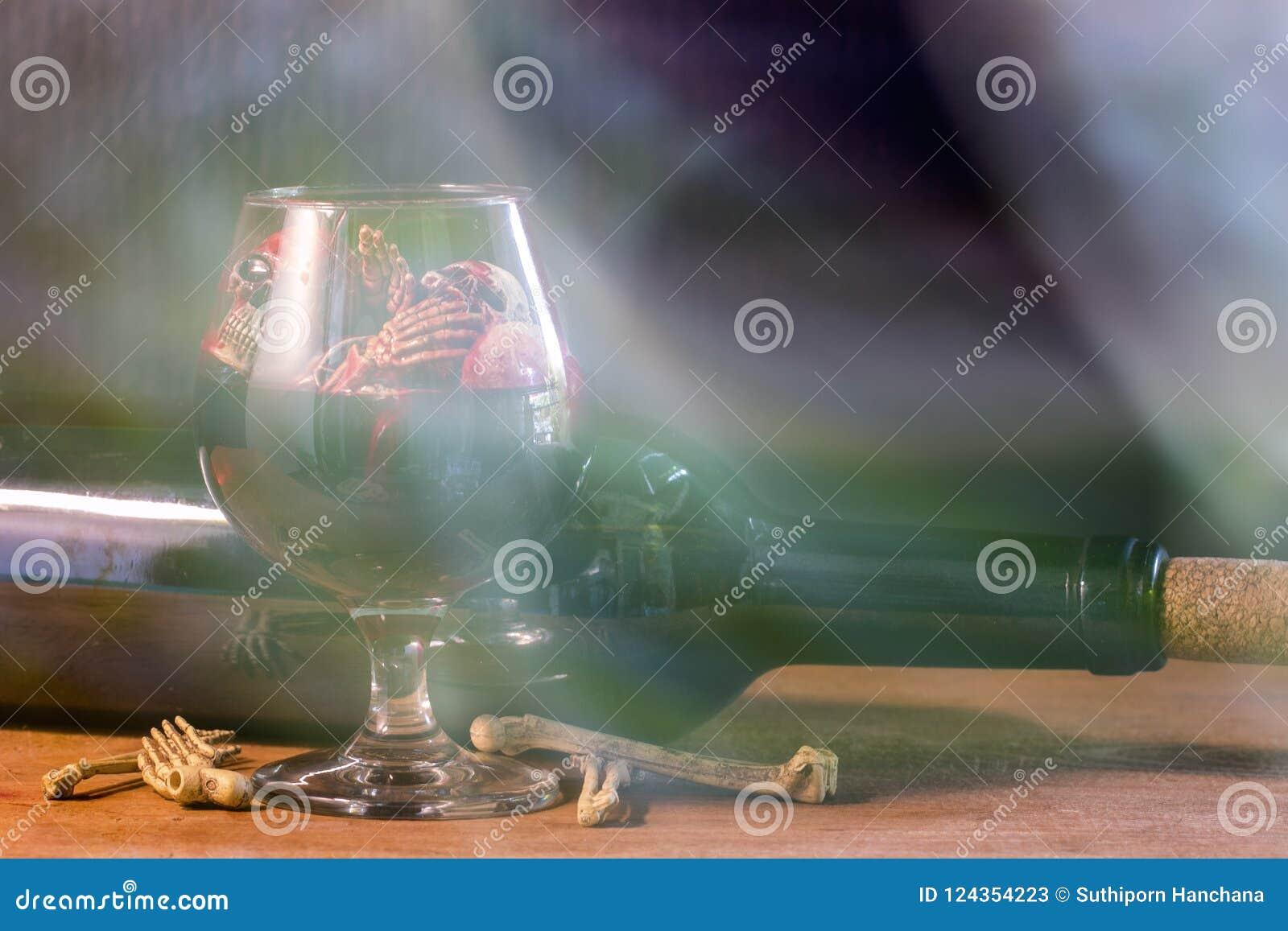 在血液玻璃和酒的头骨在木桌上