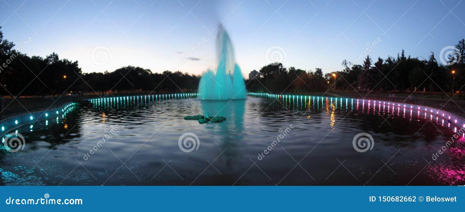 在行动喷泉的傲德萨,乌克兰- 6月2019魔术在公园在一个夏天晚上