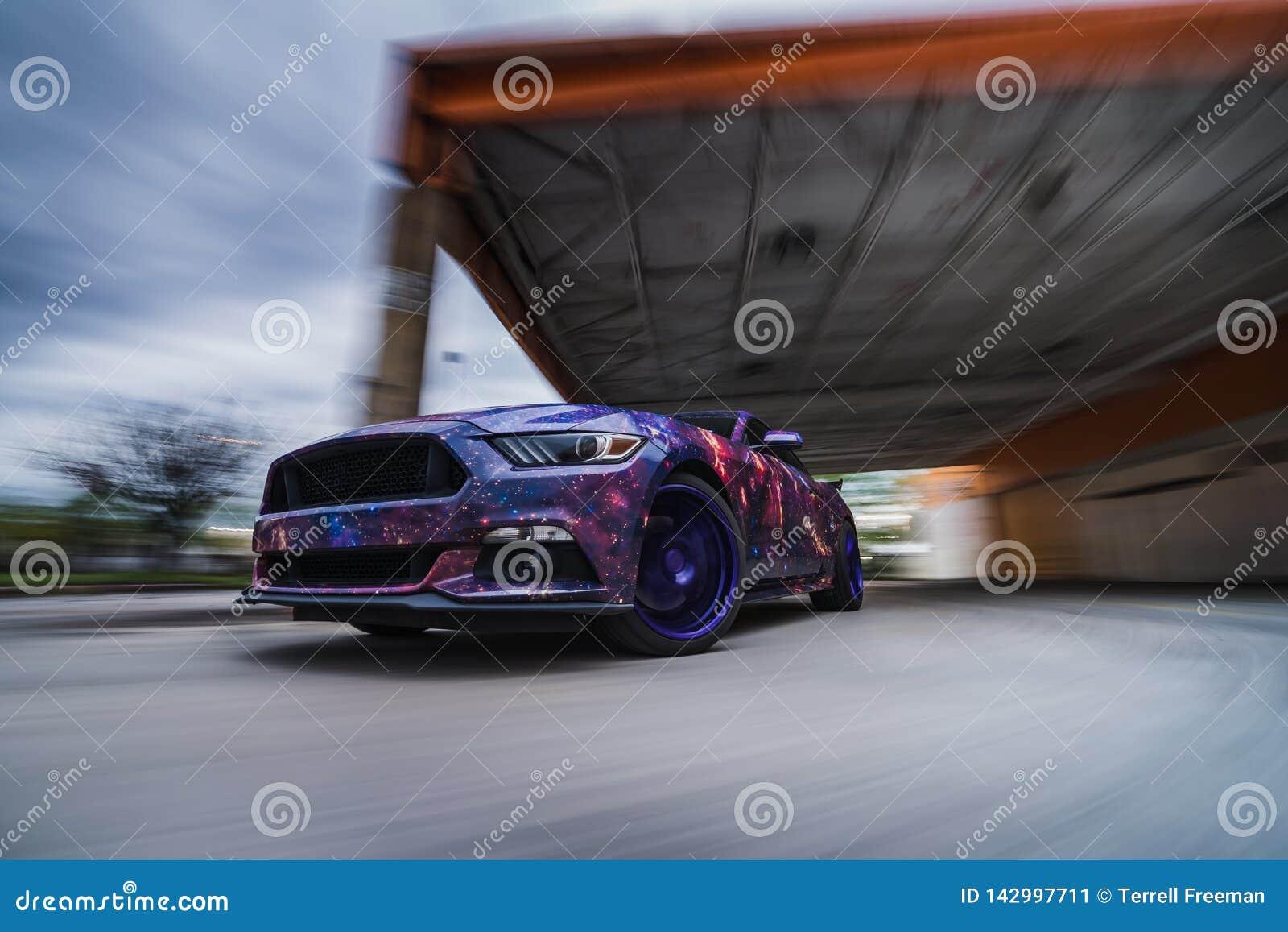 在行动的快速的美国肌肉汽车