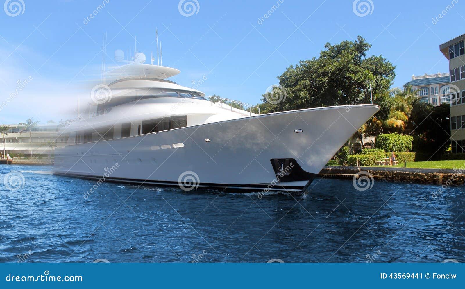 在行动的豪华游艇