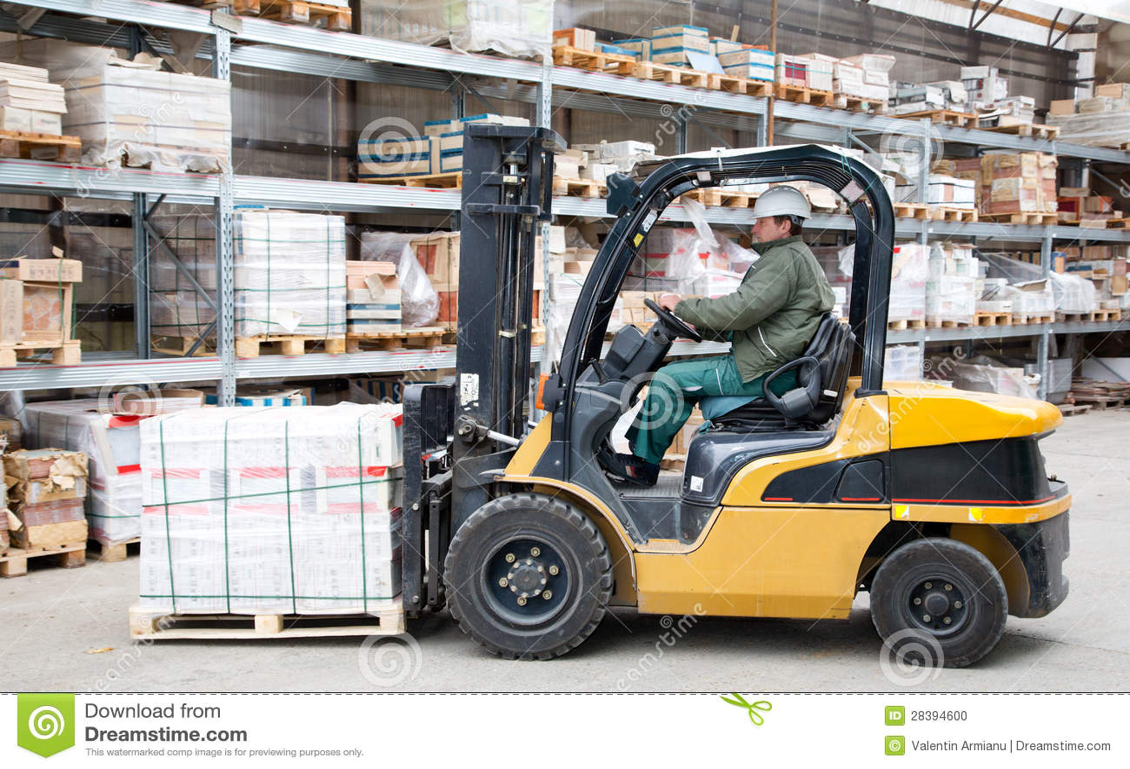 在行动的铲车在大商店