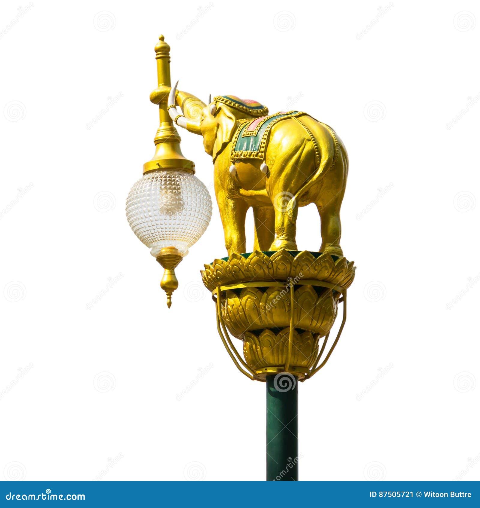在街灯岗位孤立的金黄大象