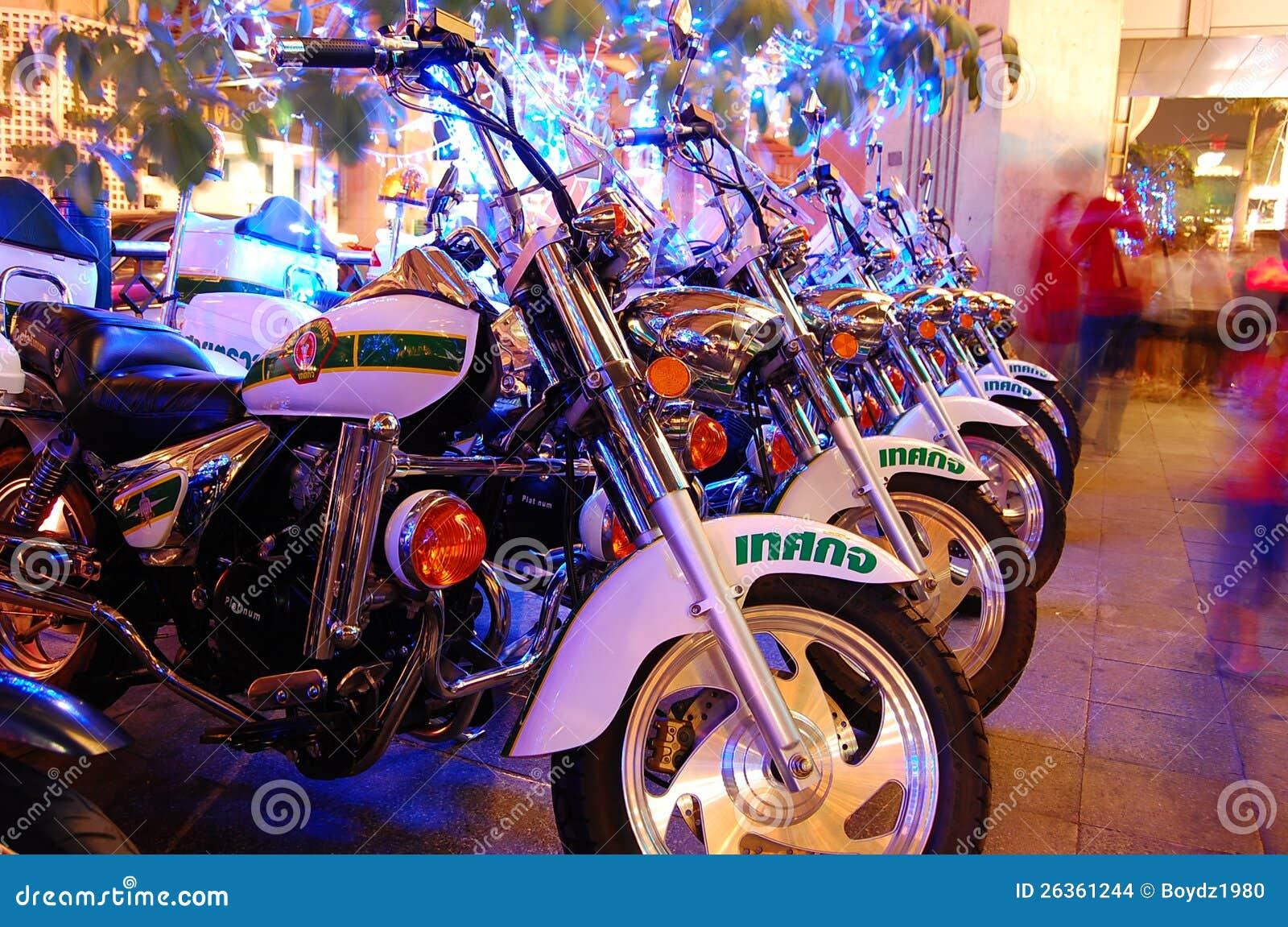 在街道一起停放的摩托车