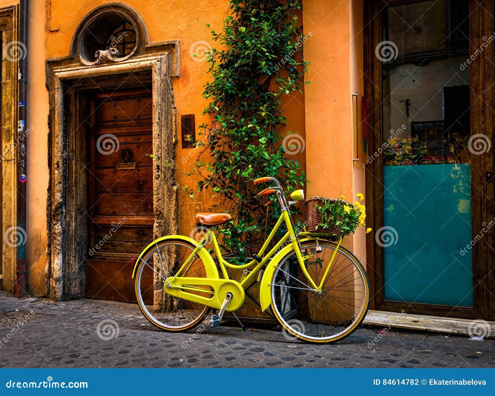 在街道上停放的自行车在罗马