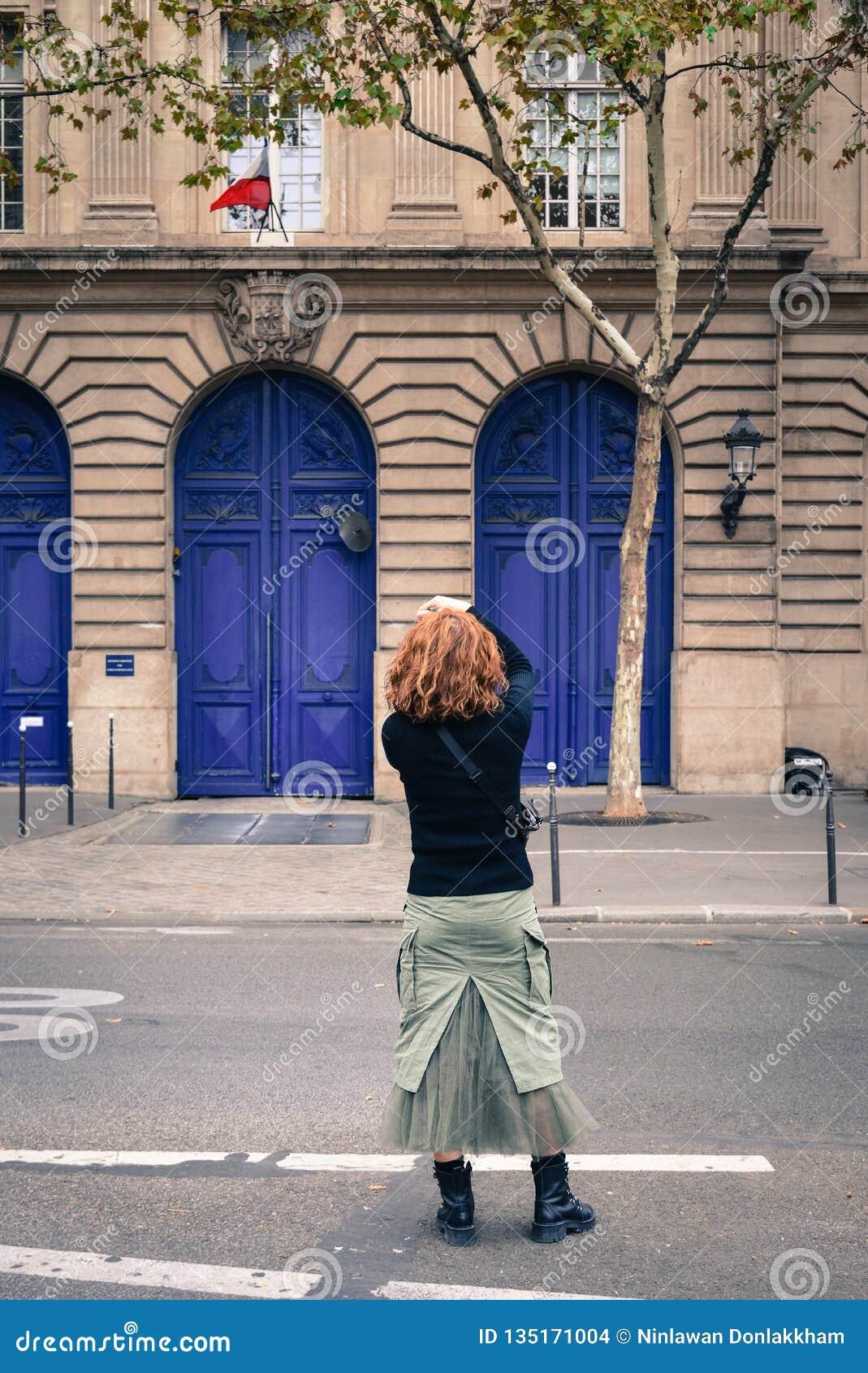 在街道上的亚裔年轻女人在巴黎
