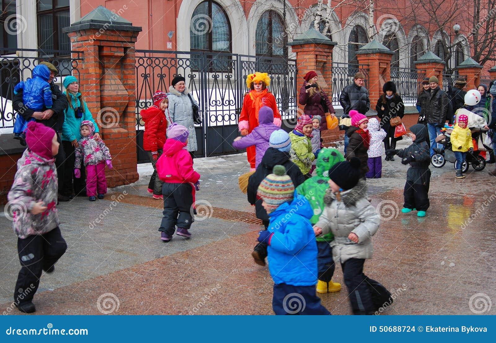 Download 在街道上的人舞蹈 Shrovetide庆祝在莫斯科 编辑类库存图片. 图片 包括有 跳舞, 伙计, 敌意 - 50688724