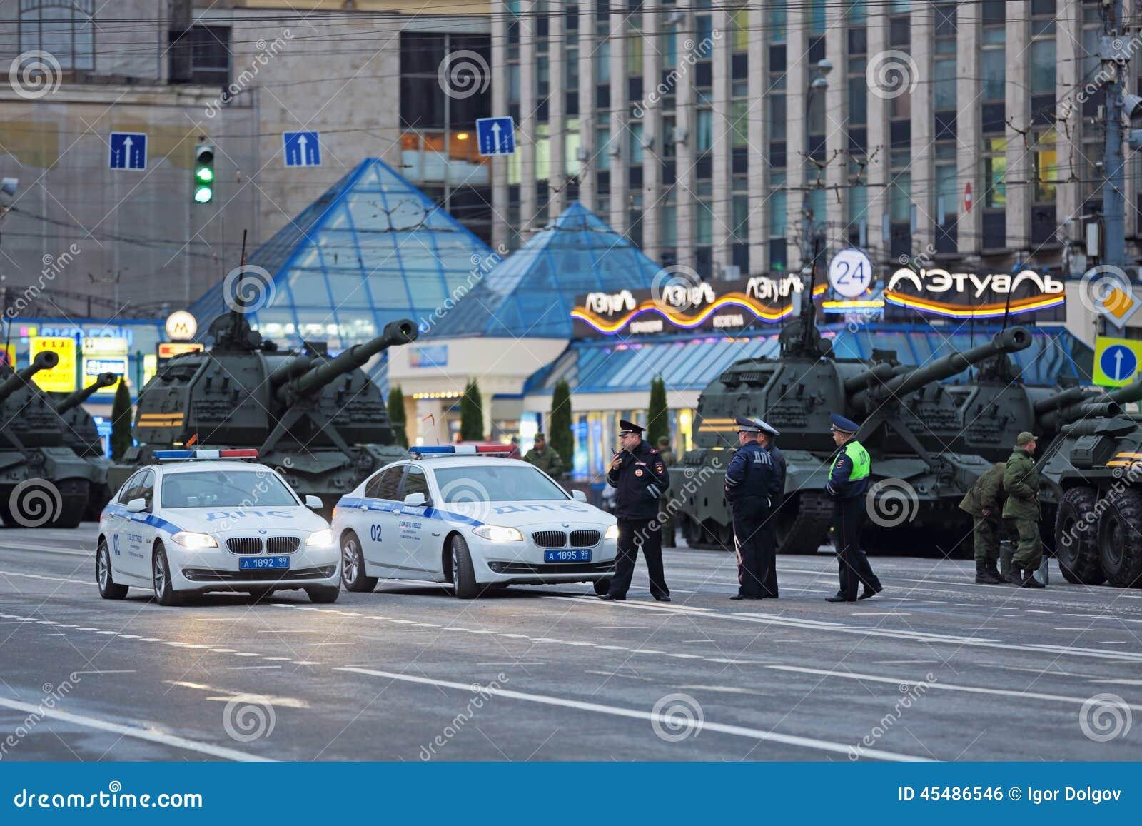 在街道上的军用设备
