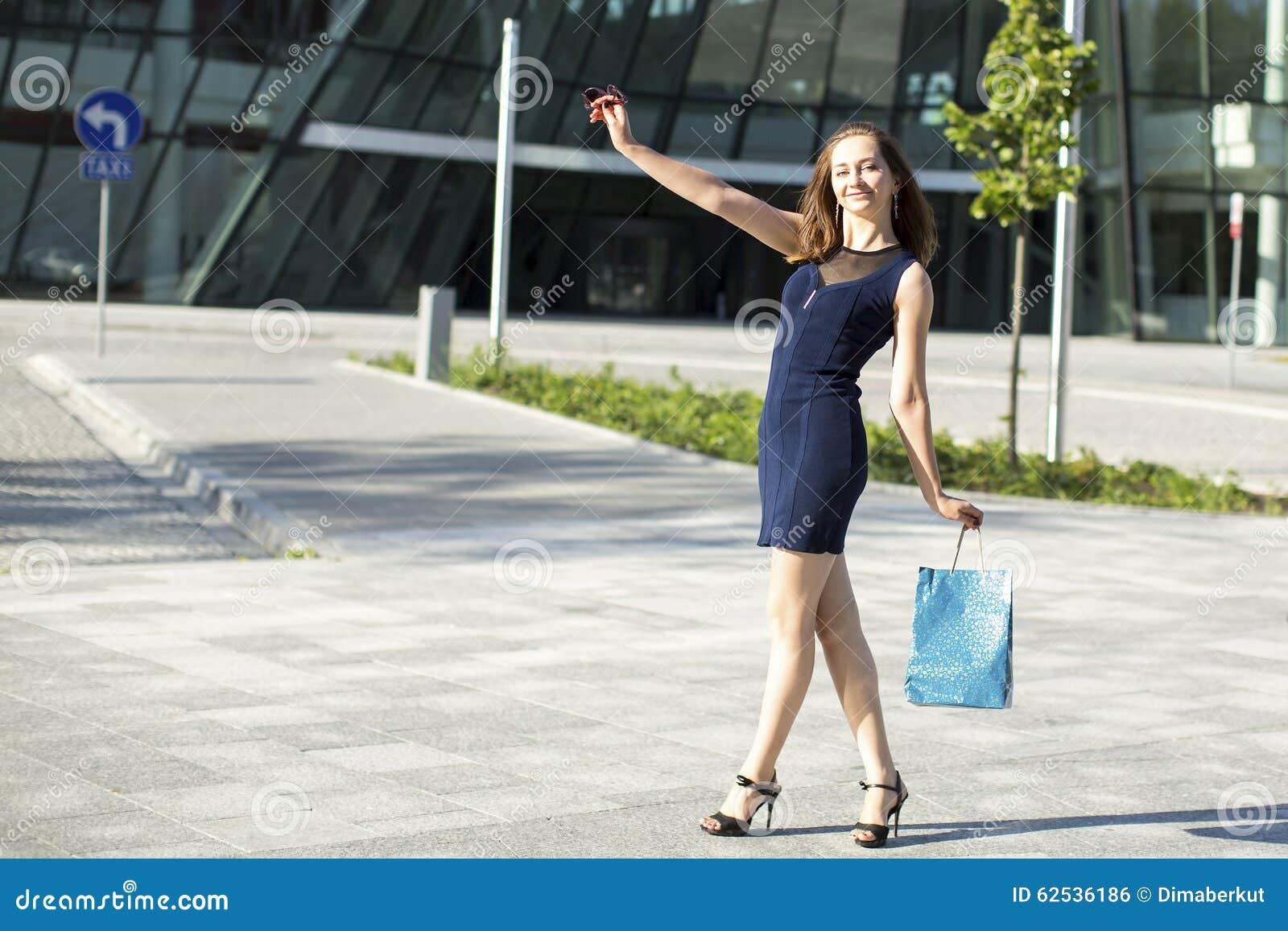 在街道上的小姐在购物以后