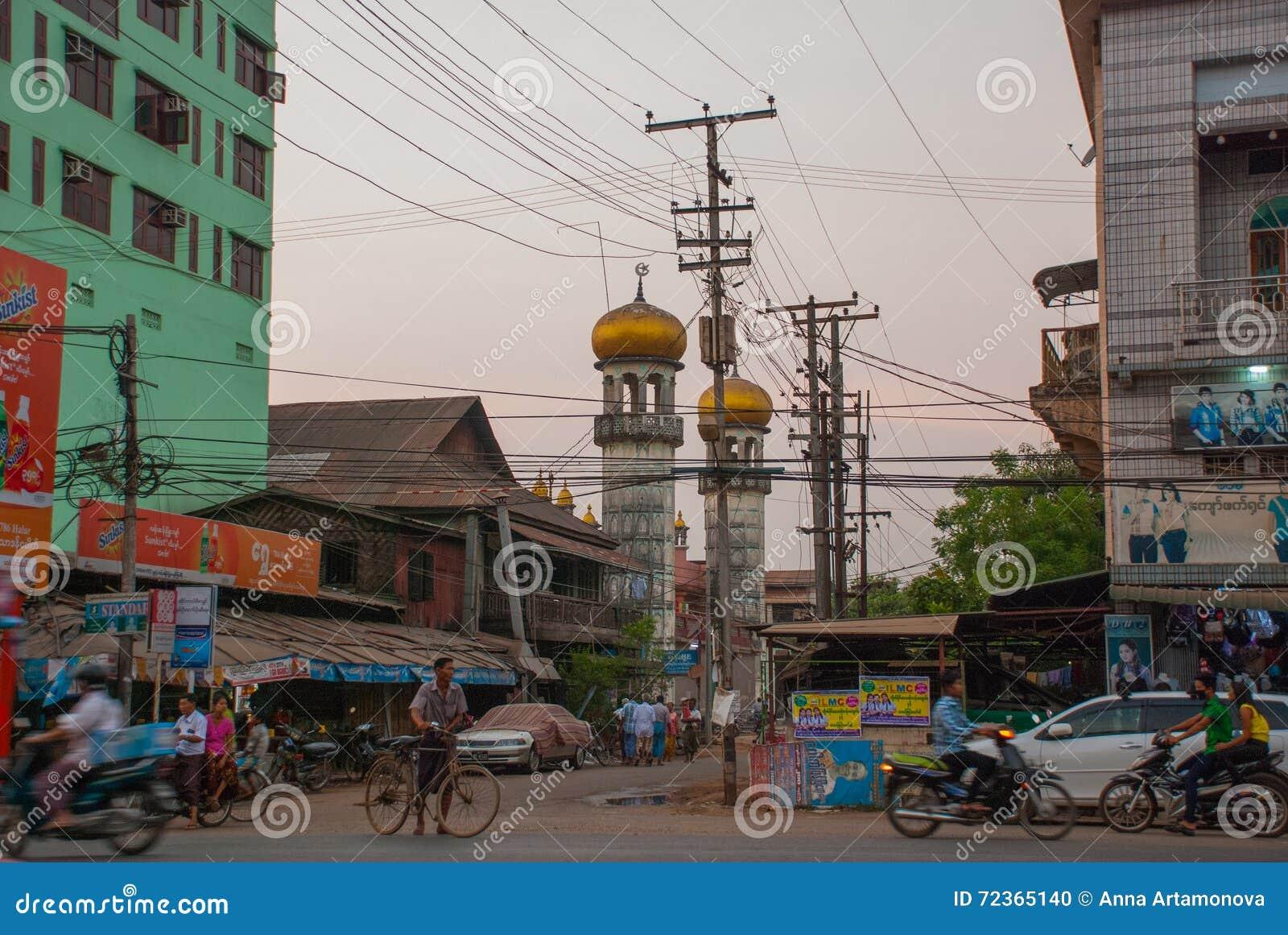 在街道上的清真寺在晚上 通过公路运输 在缅甸的Bago 缅甸