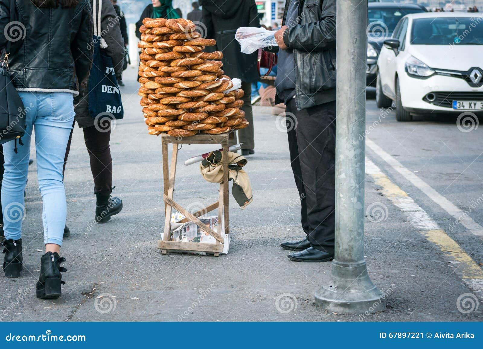 在街道上的百吉卷卖主在伊斯坦布尔,土耳其
