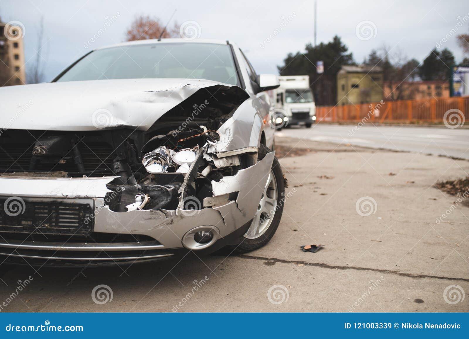 在街道上的被碰撞的汽车