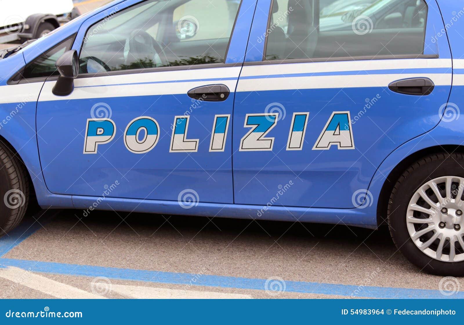 在街道的意大利蓝色警车