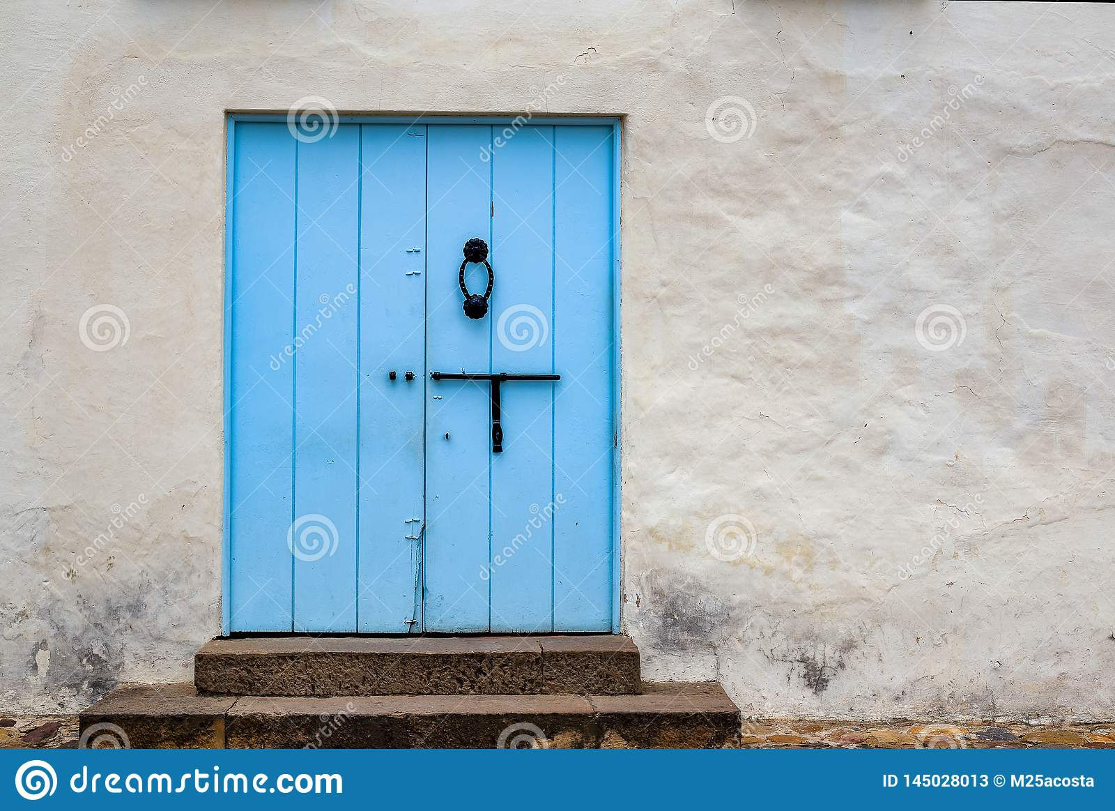 在街道的淡蓝的老门