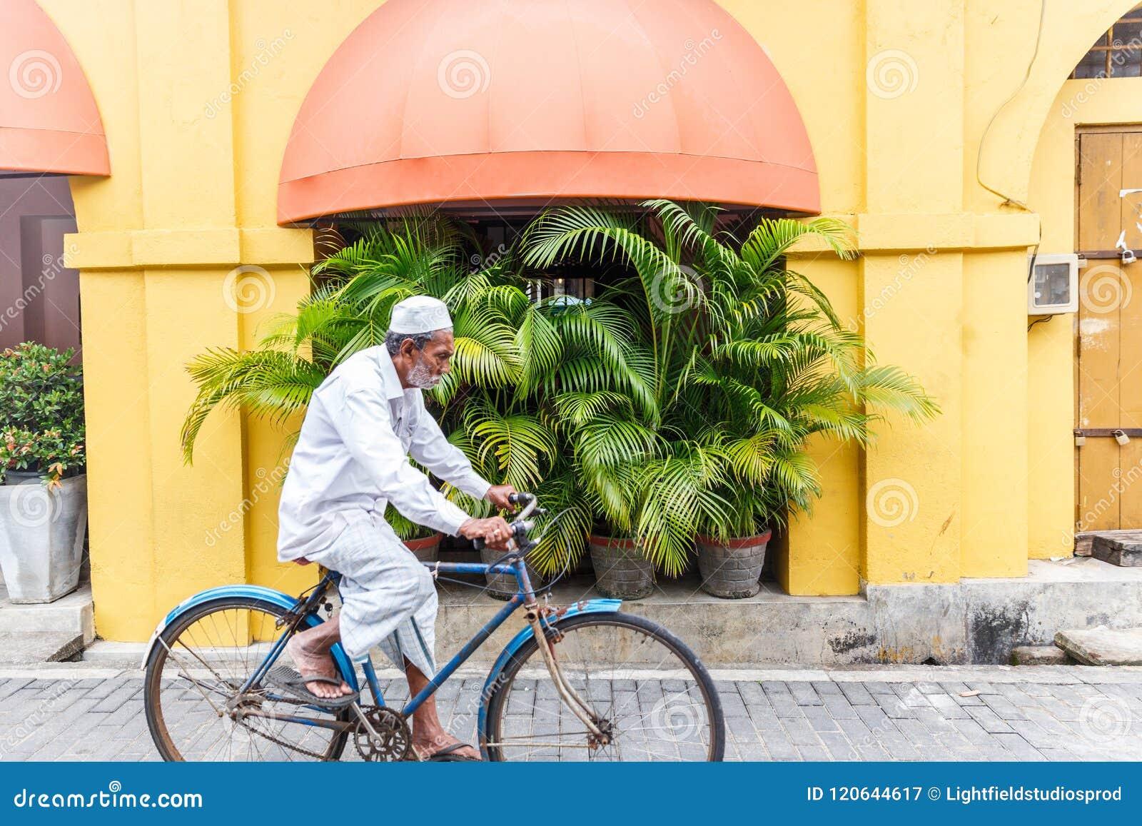 在街道,亚洲上的资深亚洲人骑马自行车
