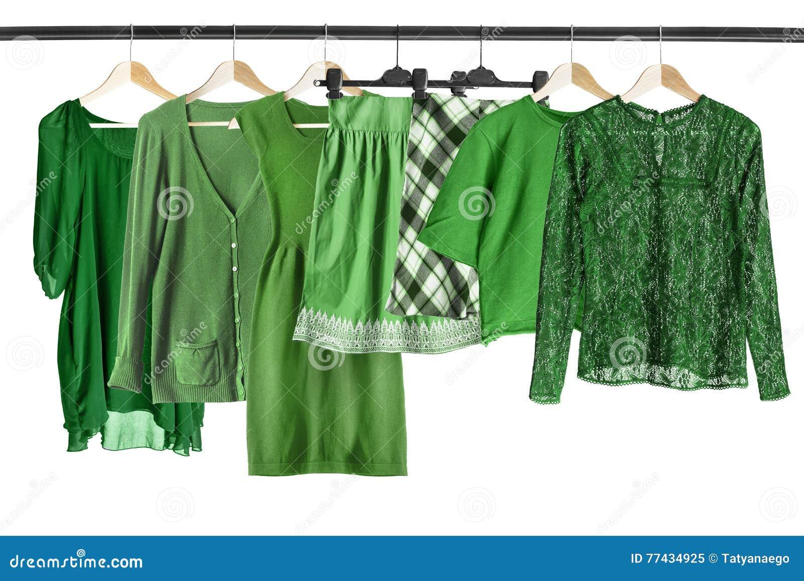 在衣裳机架的绿色衣裳