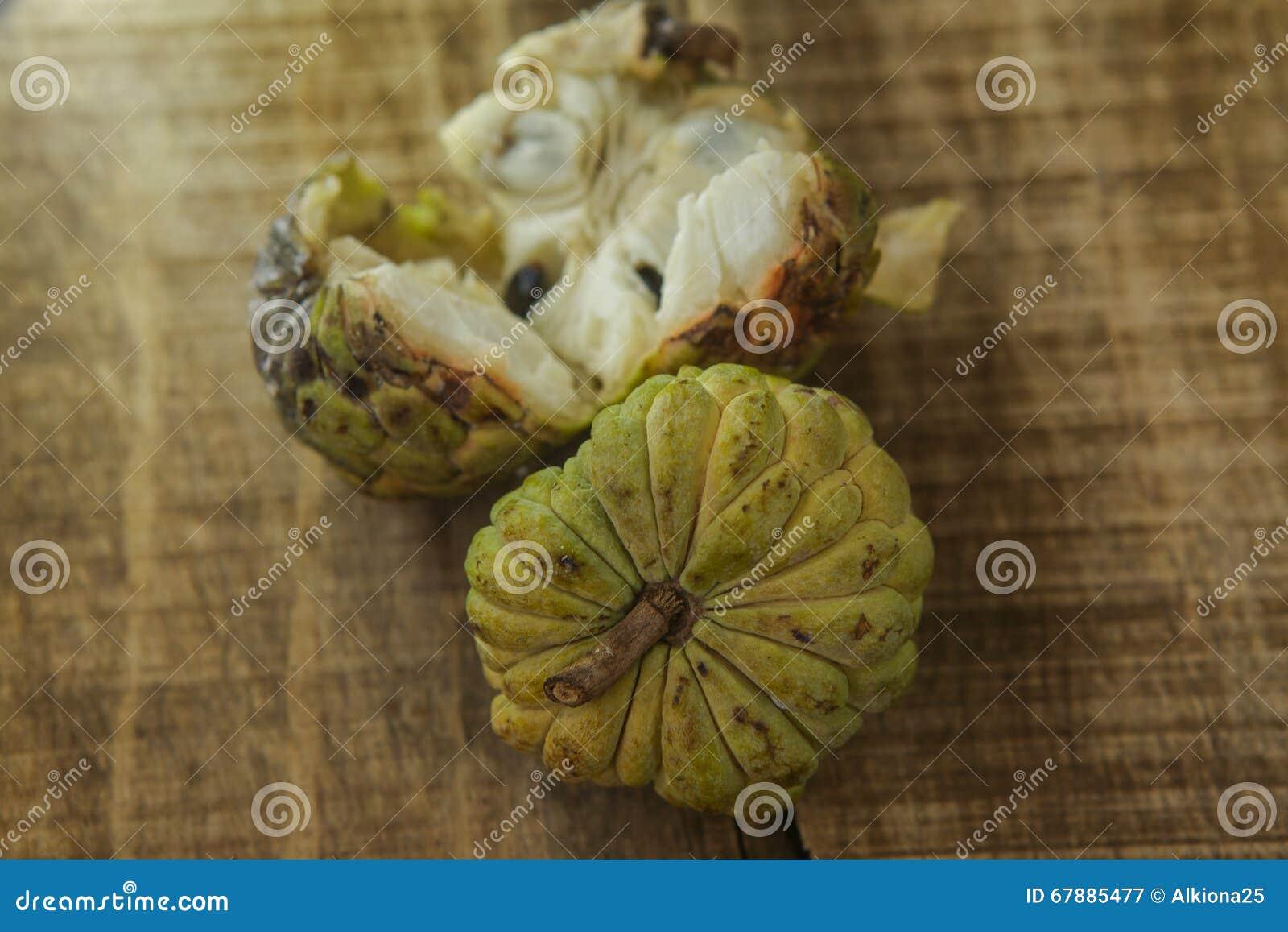 在表上的特写镜头打破的和原封成熟番荔枝