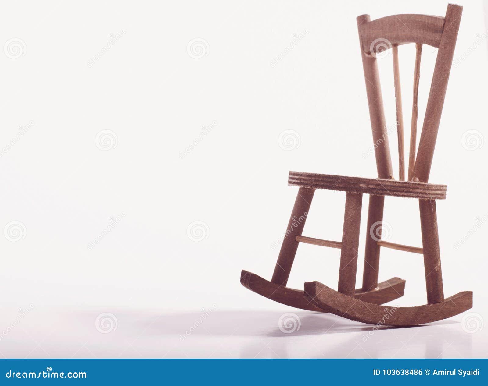在表达木的地板上的微型椅子偏僻的感觉和失踪某人概念