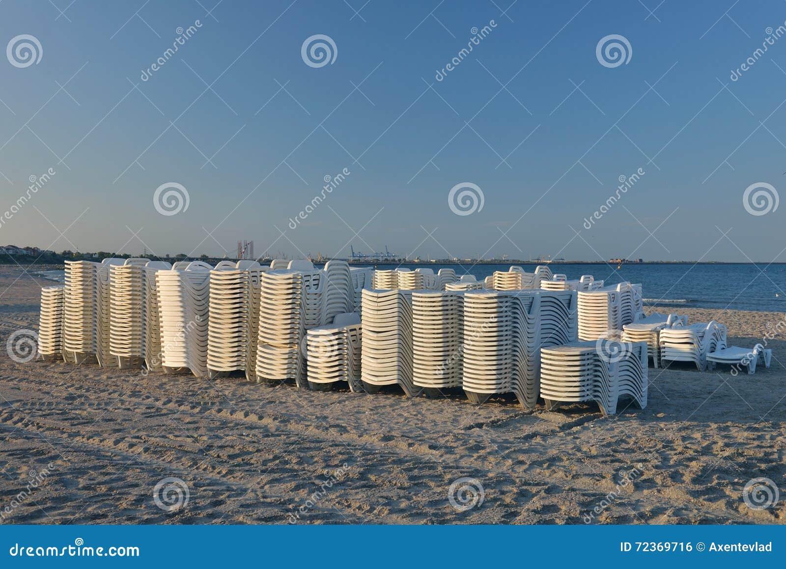 在被堆积的海滩的Sunbeds,在海滩准备被投入到en