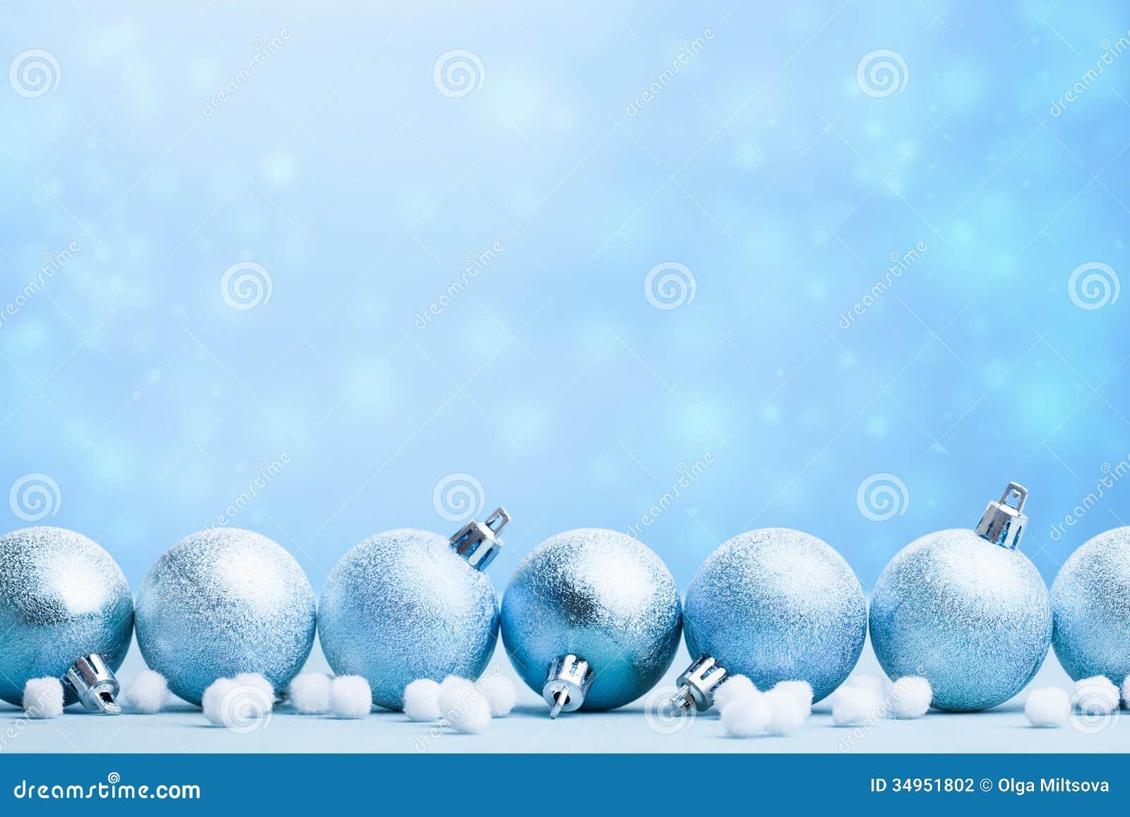 在被弄脏的背景的蓝色圣诞节球