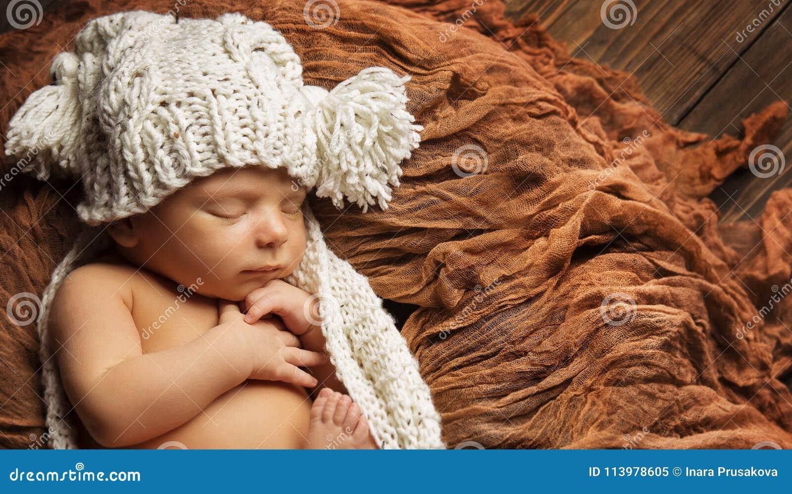 在被编织的帽子,睡觉的婴儿的婴孩新出生的睡眠