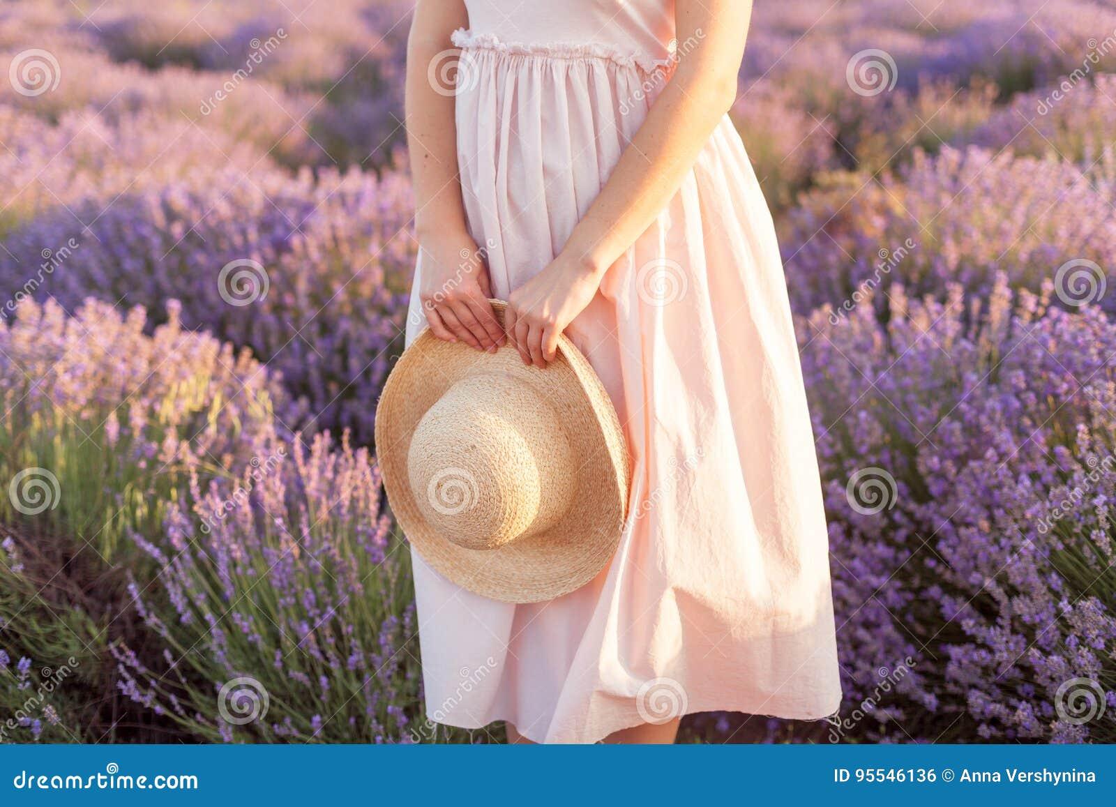 在被编织的帽子浅顶软呢帽的淡紫色花束