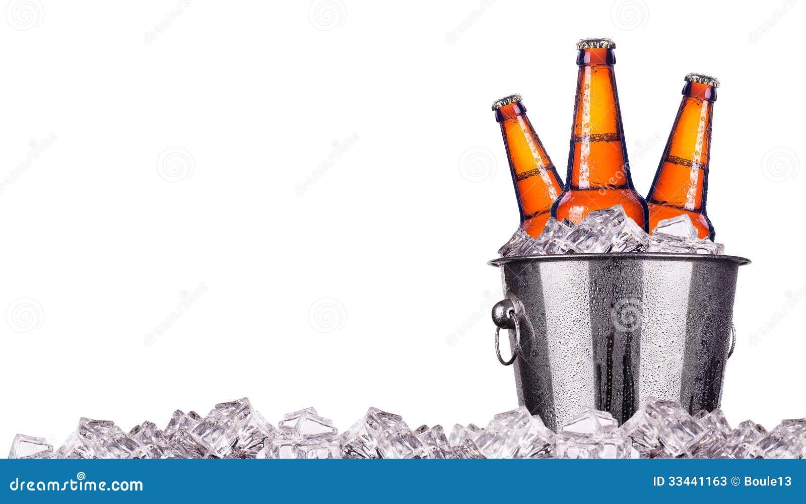 在被隔绝的冰桶的啤酒瓶