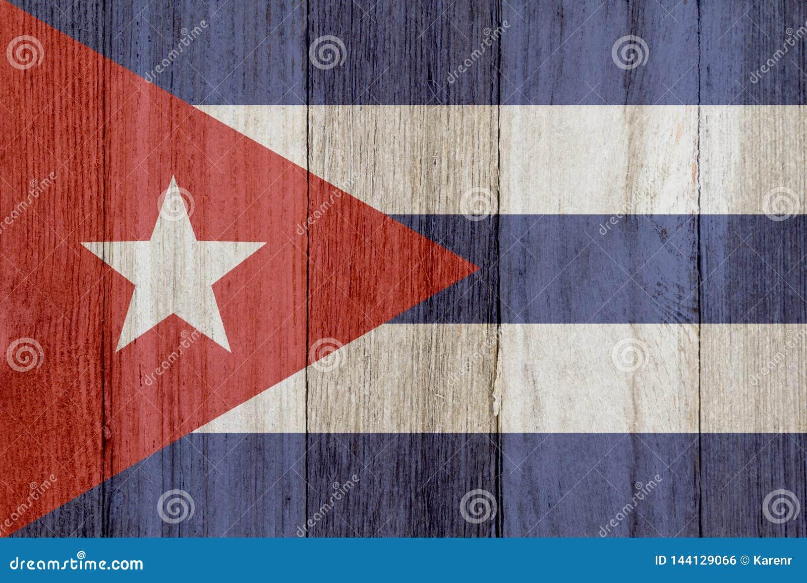 在被风化的木头的一面土气老古巴旗子