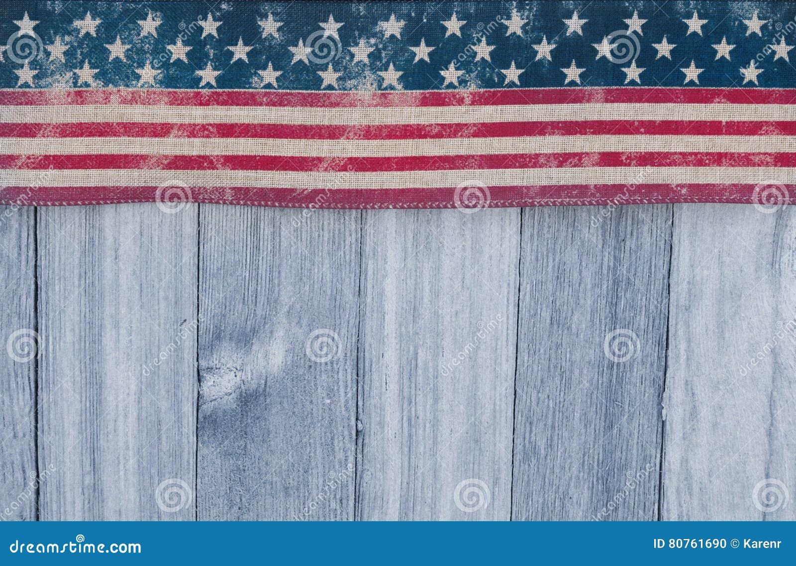 在被风化的木背景的美国爱国老旗子
