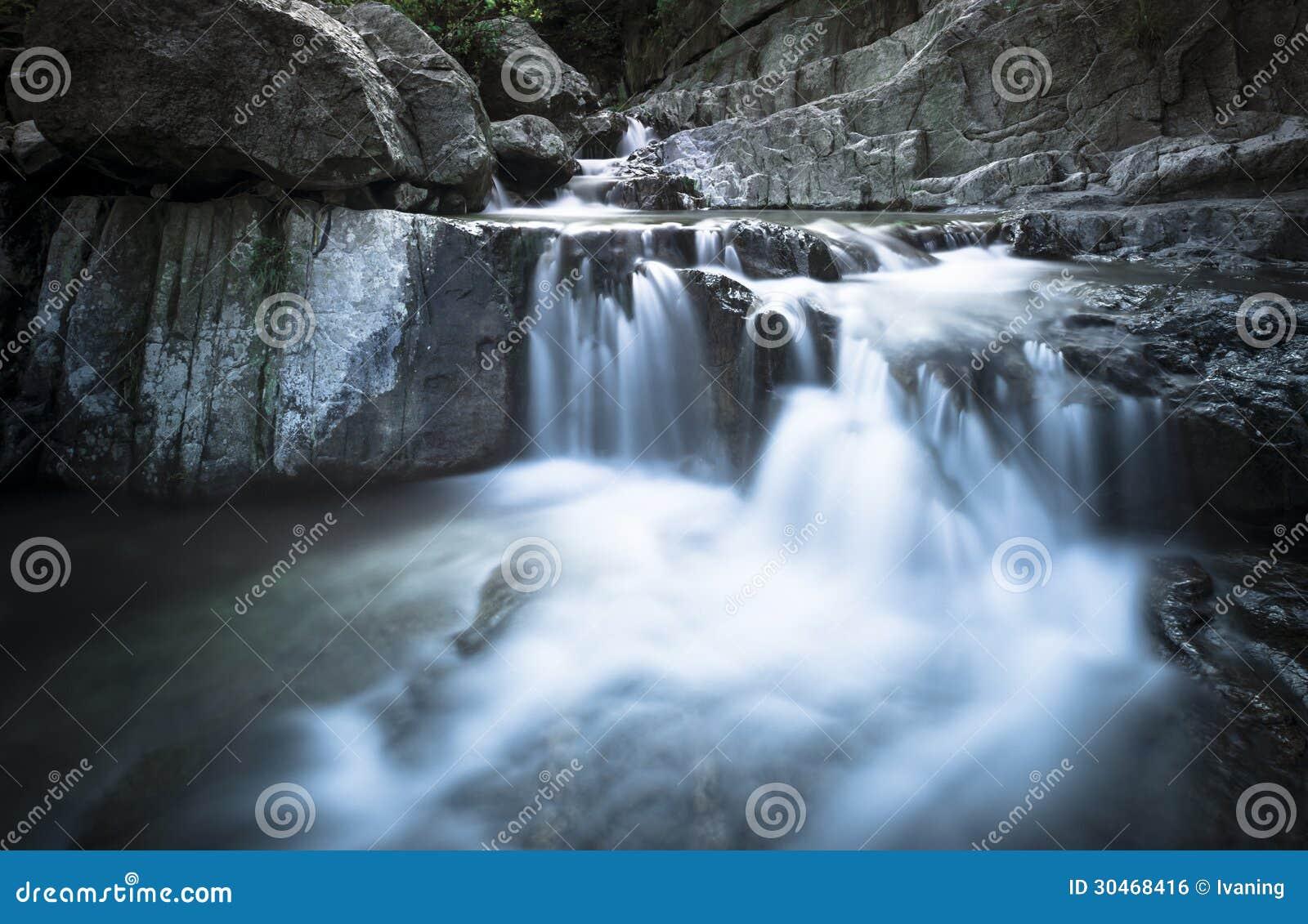 在裂片岩石的瀑布